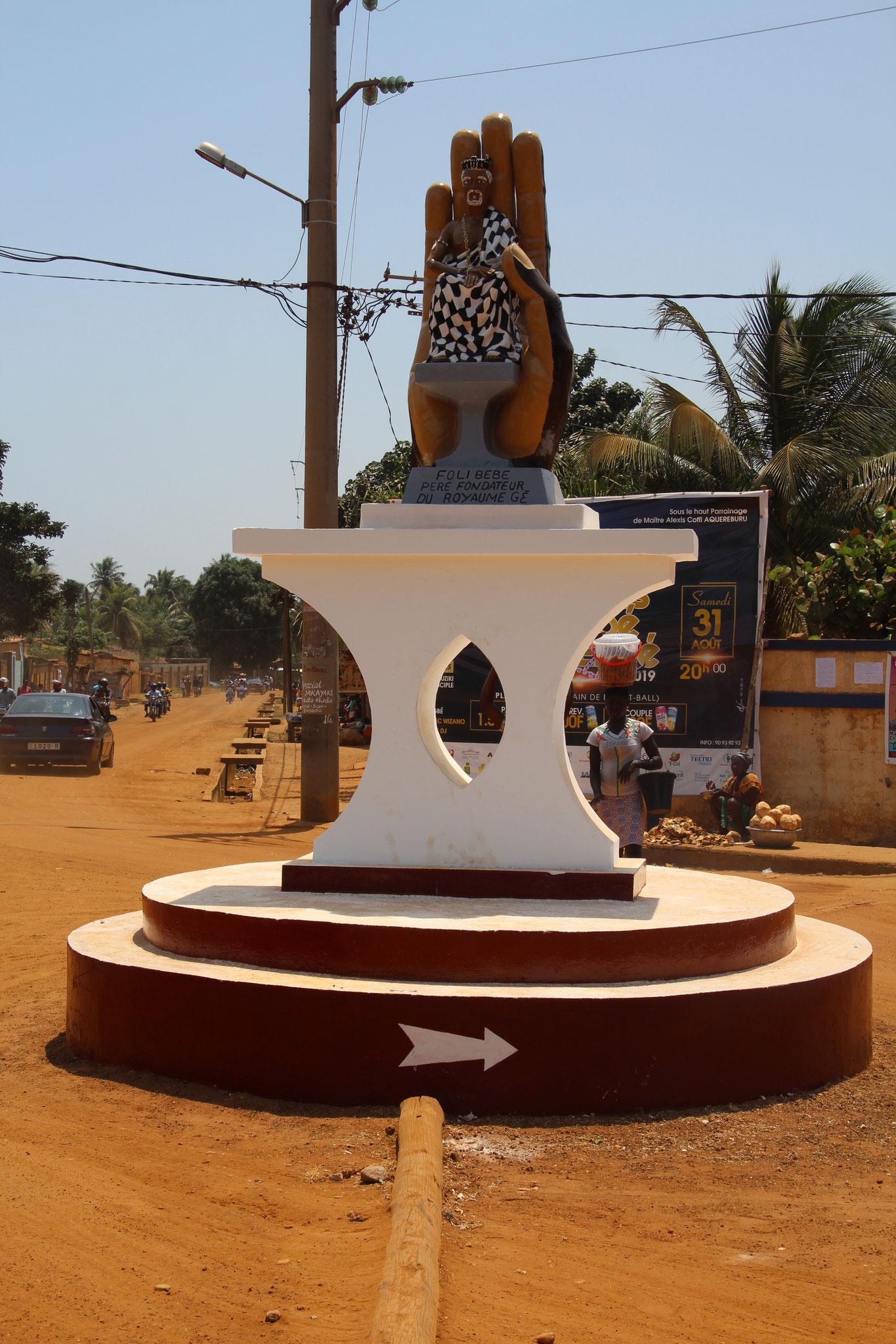 3. Kreisel auf dem Weg Richtung Togoville.