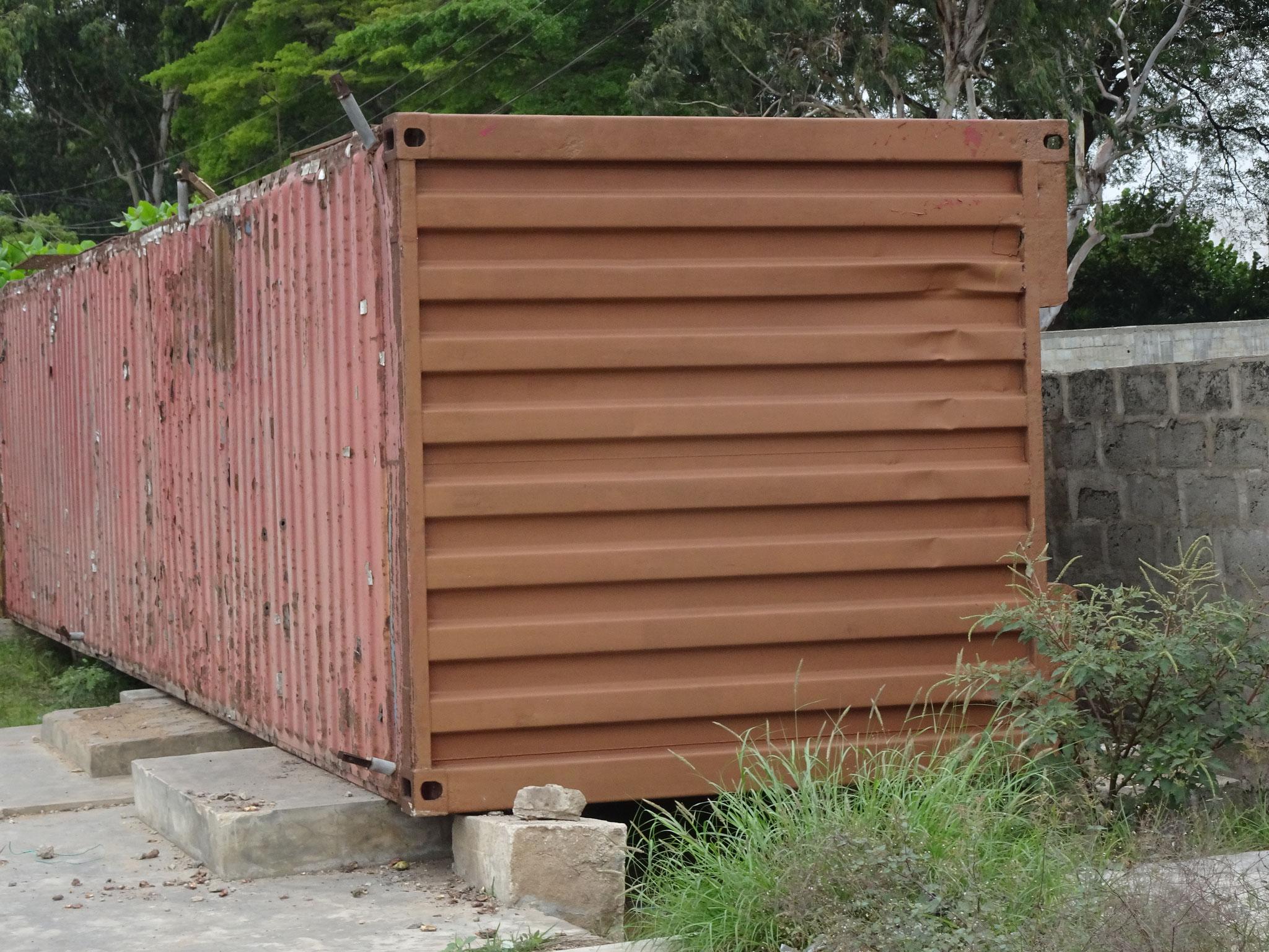 Dieser Coiffeuersalon in einem 40 Fuss Container wurde gekippt