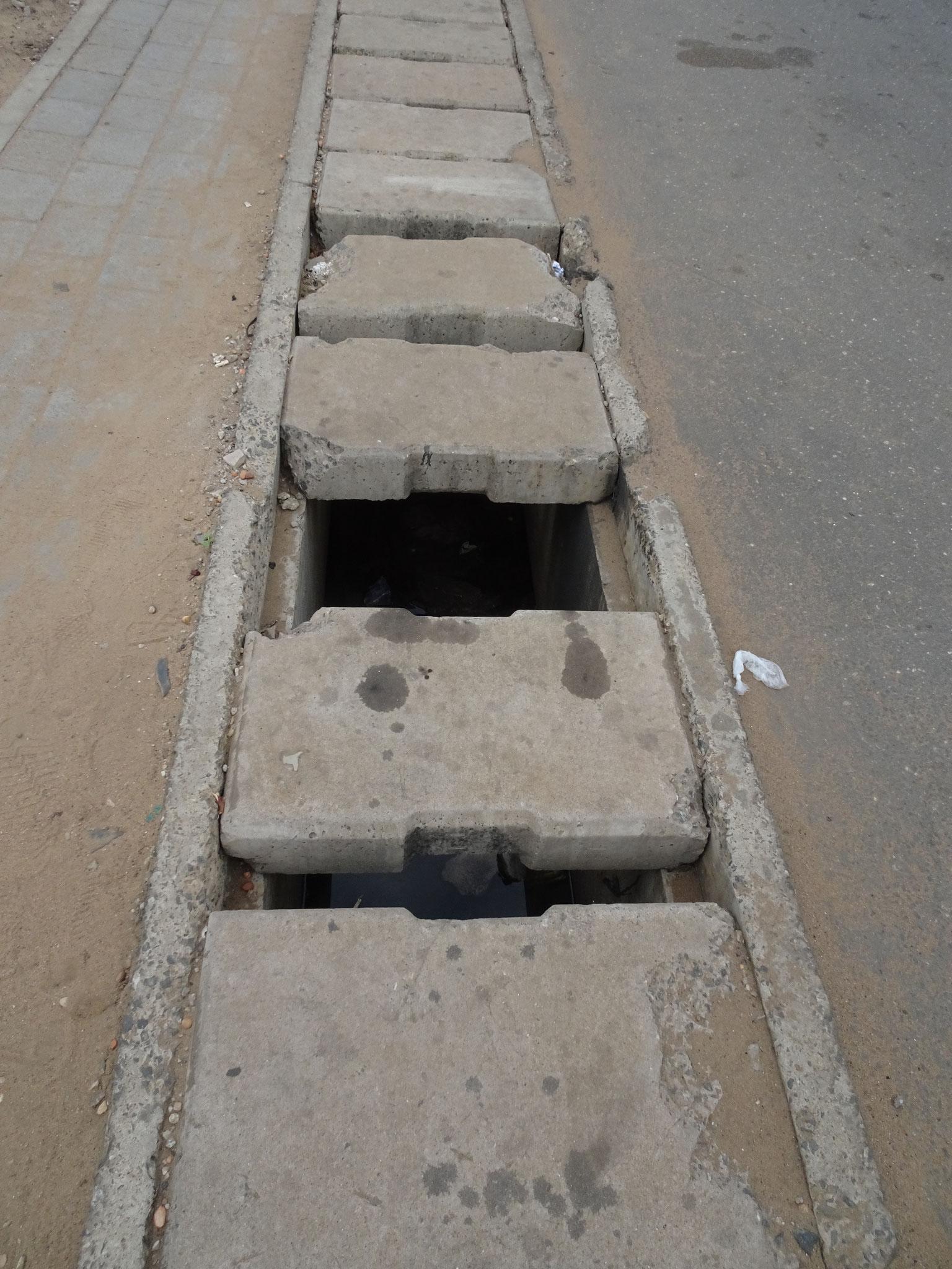 Fehlende Deckel auf der Kanalisation sind ein weiteres Hindernis.