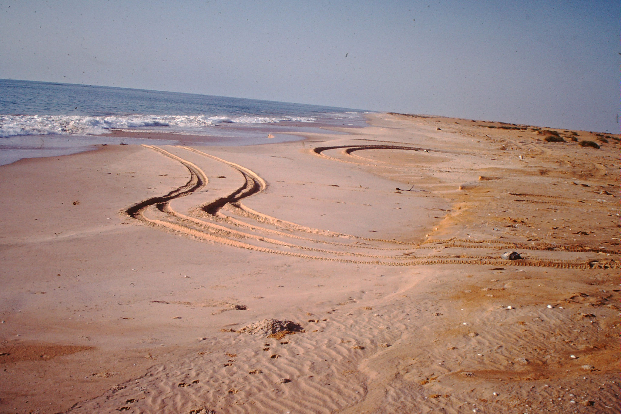 Der einzige Weg ist dem Strand entlang während der Ebbe.