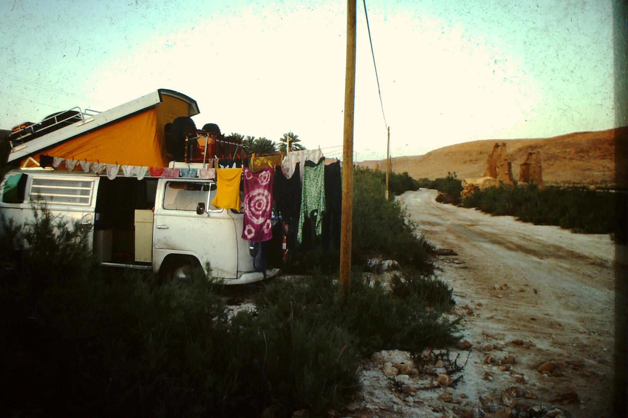 Auch Wäsche waschen gehört zu einem längeren Aufenthalt in Afrika. In der Hitze von Gardaia trocknet sie extrem schnell.