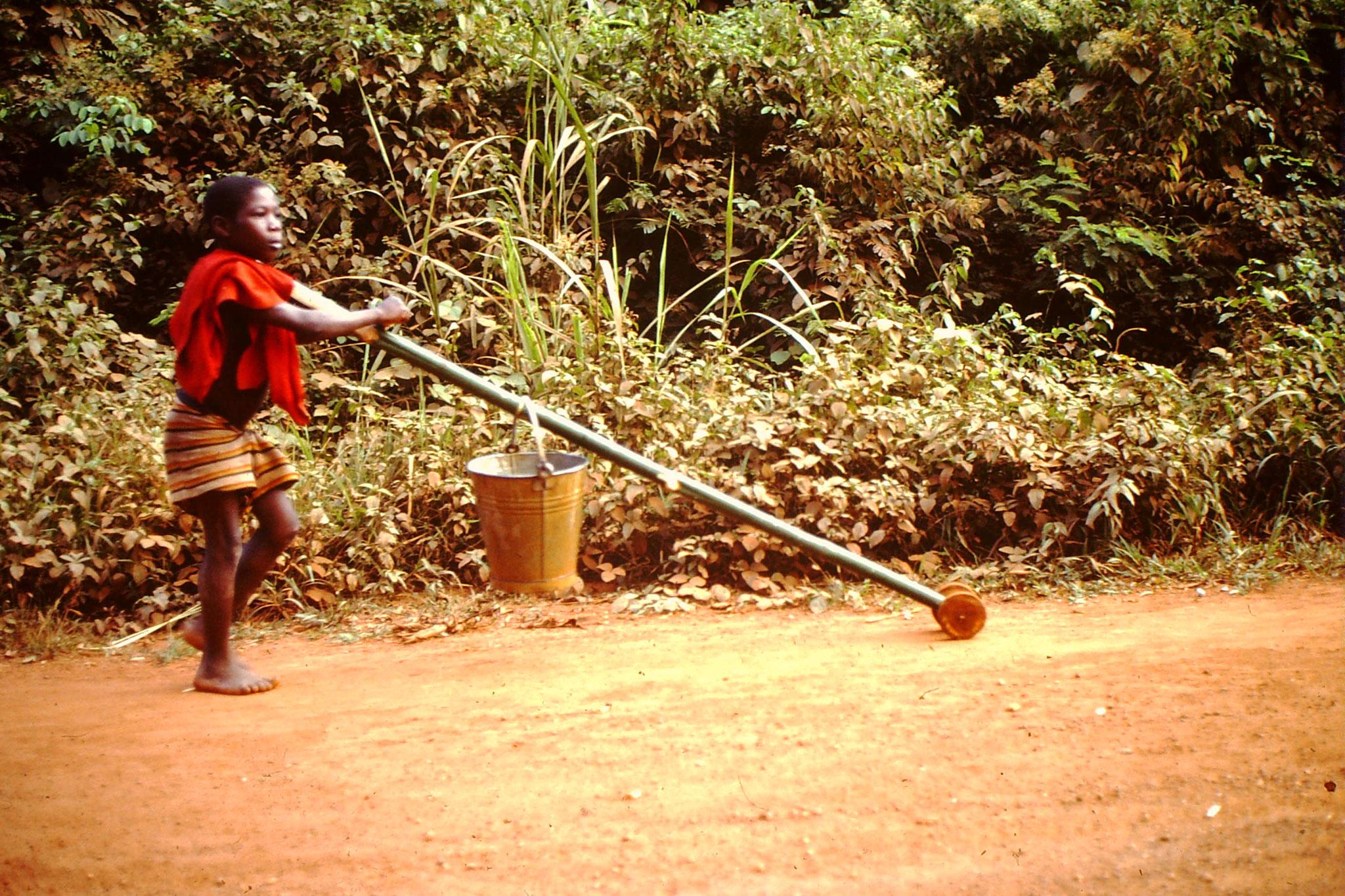 Auf diese Art und Weise konnten auch Kinder Wasser holen. Das Lebenselixier musste oft Kilometerweit getragen, oder wie hier transportiert werden.