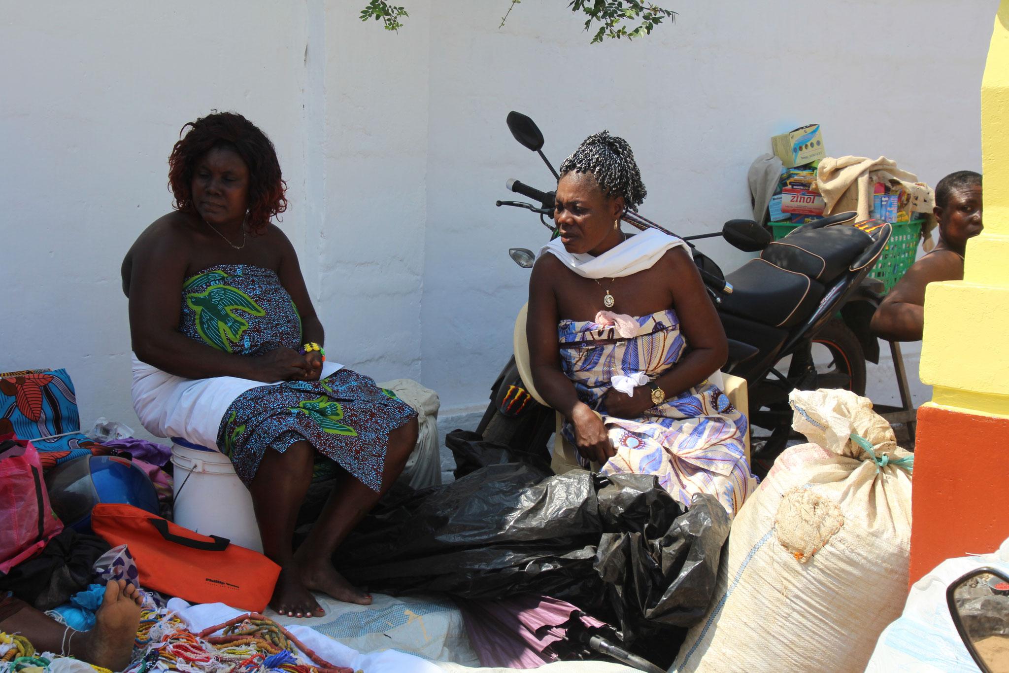 7. Diese 2 Frauen betreiben einen Marktstand.