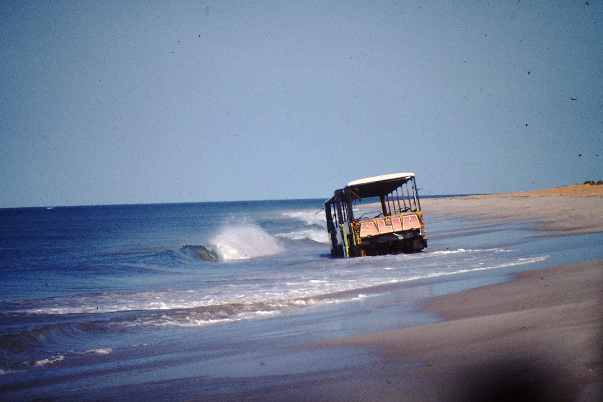Das Fahren am aufgeweichten Strand ist nicht ganz ohne. Eine Welle und die weiterfahrt steht auf der Kippe.