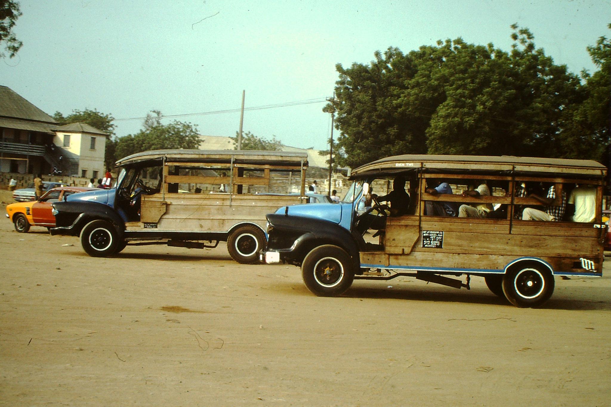 Die Buschtaxis hatten keinen festen Fahrplan. Einzig der Abfahrtsort und das Endziel war bekannt. Man durfte aber früher aussteigen und wenn es Platz hatte auch unterwegs einsteigen. Nebst dem Fahrer war auch noch ein Begleiter dabei der dem Chauffeur