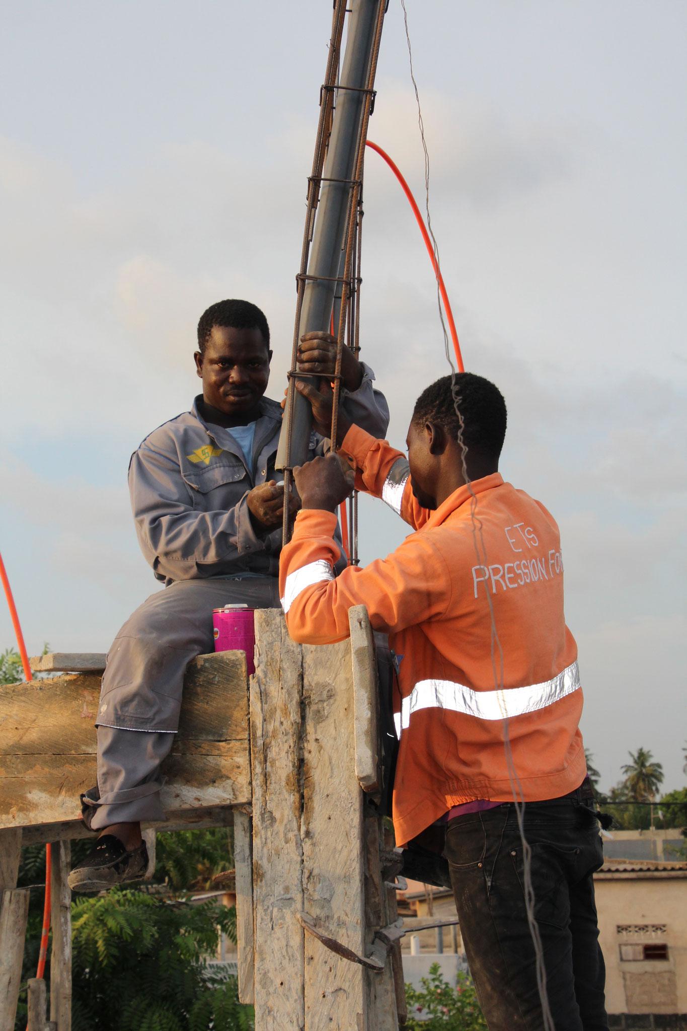 Der Sanitär Kossi Awowlano mit seimem Lehrlin Gerome.