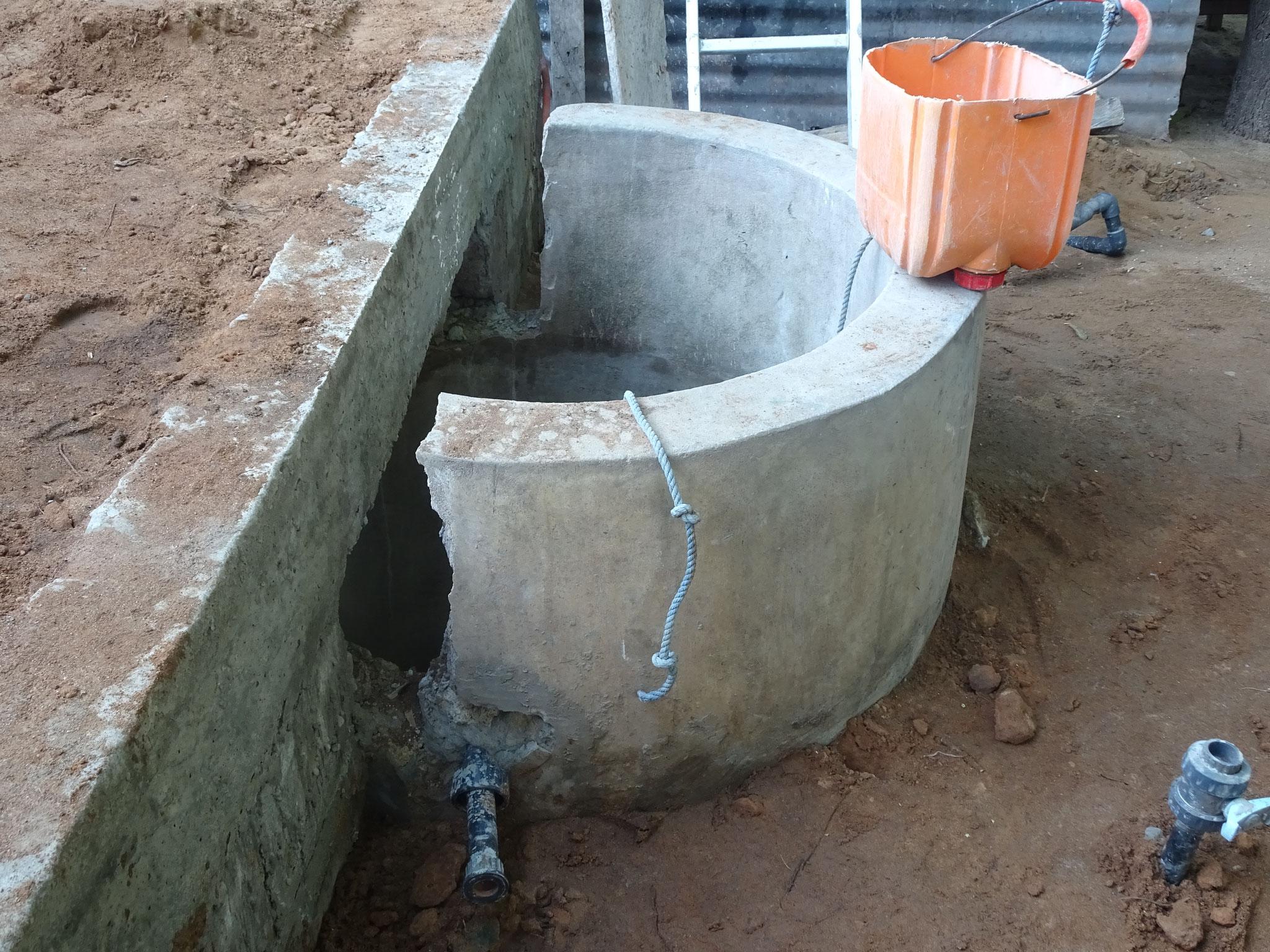 Die hälfte des  Brunnens wird durch den Hundezwinger verdeckt.
