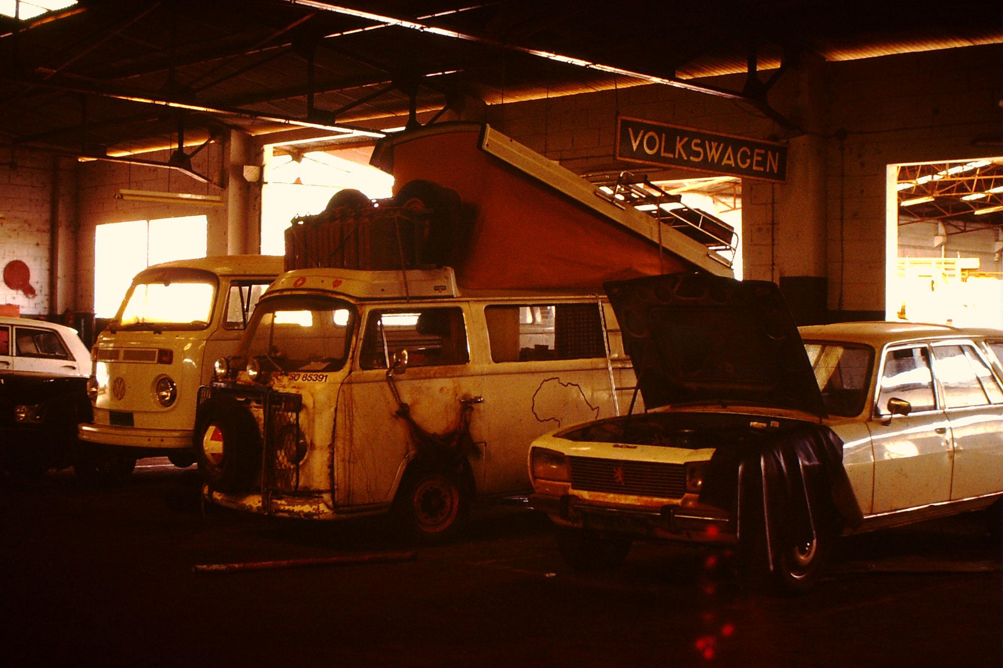 Weil es in Zinder keine Volkswagengarage gab, schleppten wir das Auto ab bis Niamey. Diese Strecke ist etwas mehr als 900 km. Wir waren 2 Tage unterwegs. Den Motor bestellten wir in Deutschland. Nach 40 Tagen konnte ich die Reise fortsetzen.