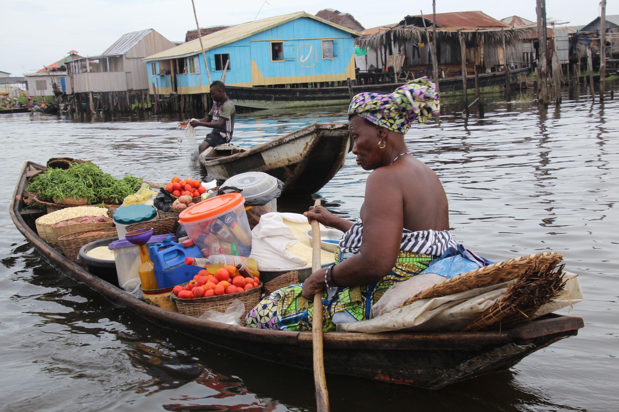 Sie verkauft Gemüse. Der schwimmende Markt von Ganvie Benin.