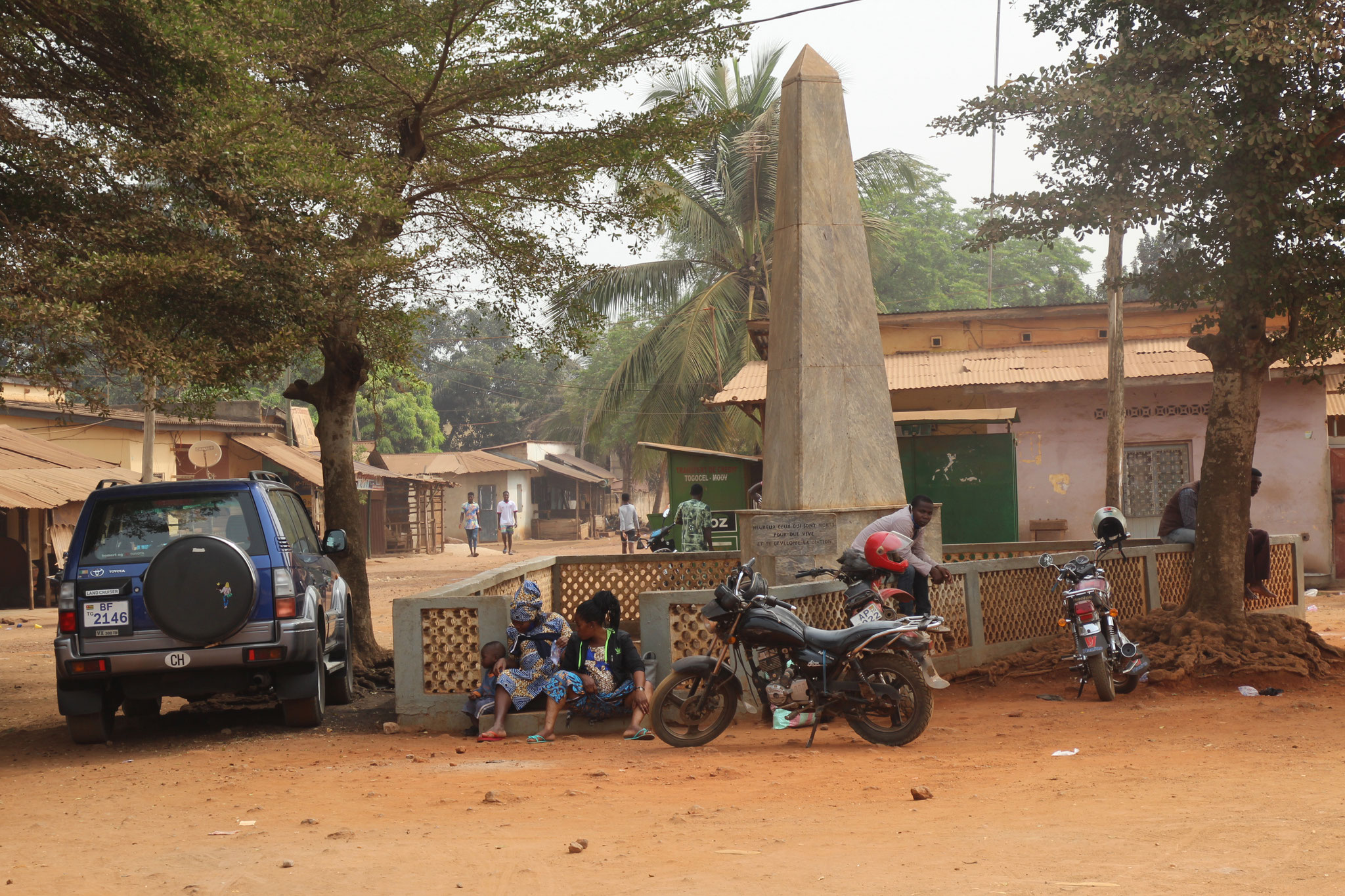 Monument in Tsevie. Links ist unser Auto.