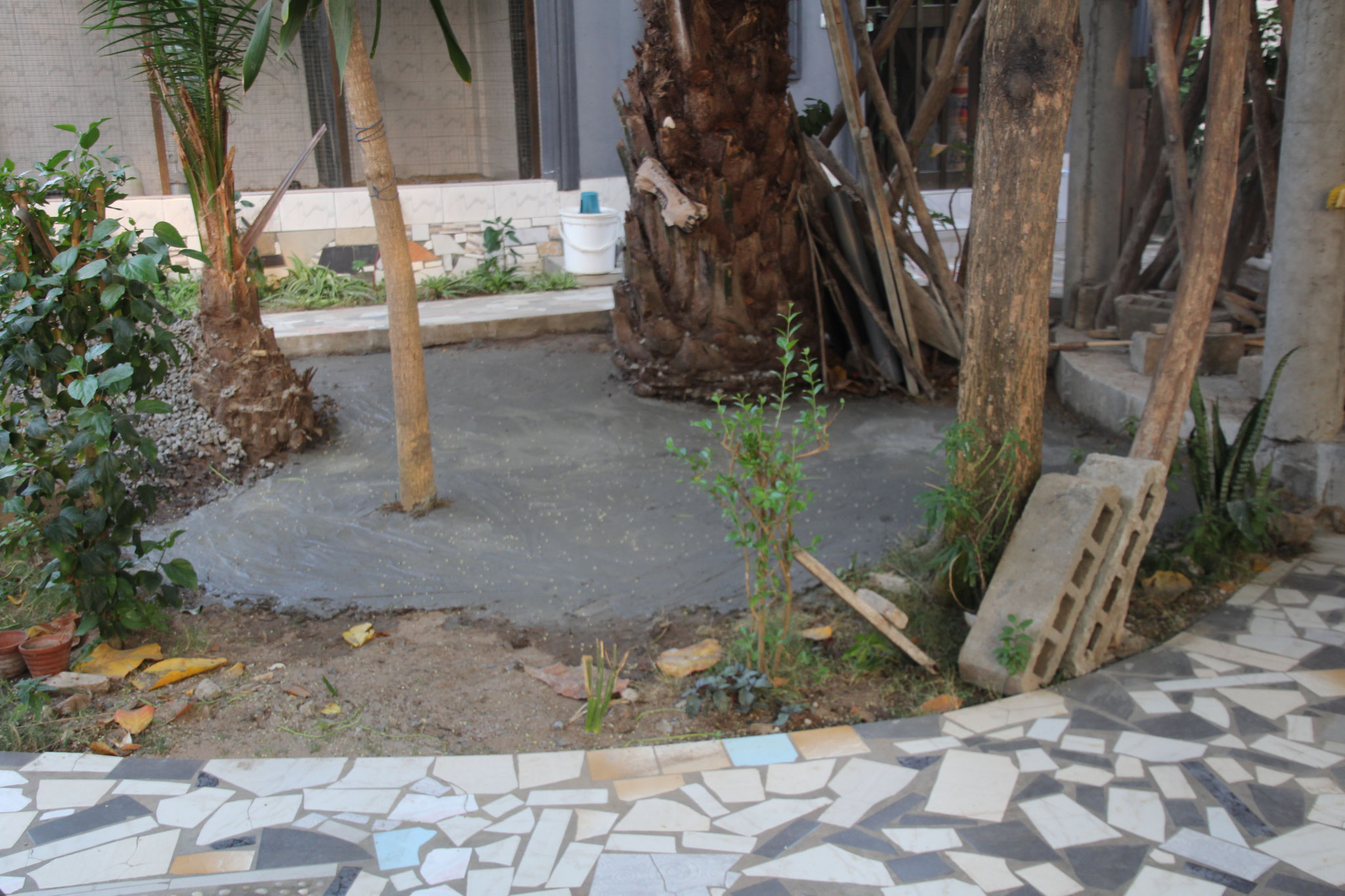 Neben der Pajlotte wurde provisorisch der Boden Betoniert. Hier wird später der Beton für das Dach gemischt.