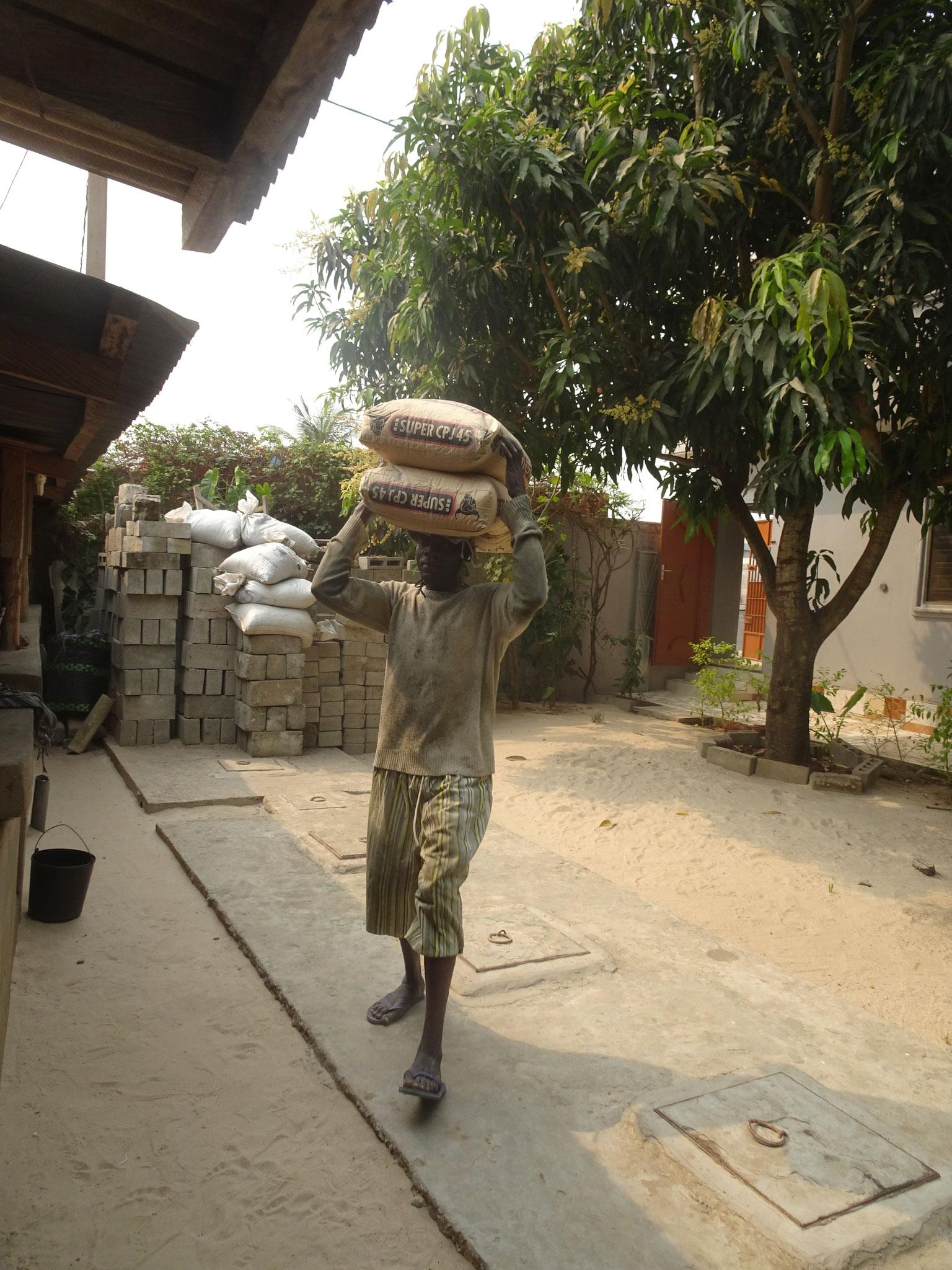 Jeder Sack wiegt 50 kg. So tragen sie 20 t rein. Pro Sack gibt es 8  Rp.