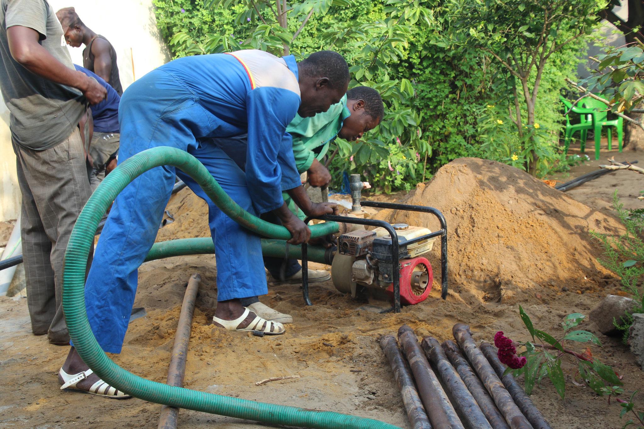 16.12.2016 Die Wasserpumpe wird installiert.