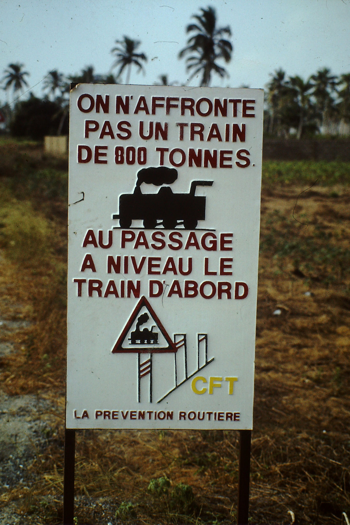Zug- Warntafel bei Agbotrafo.