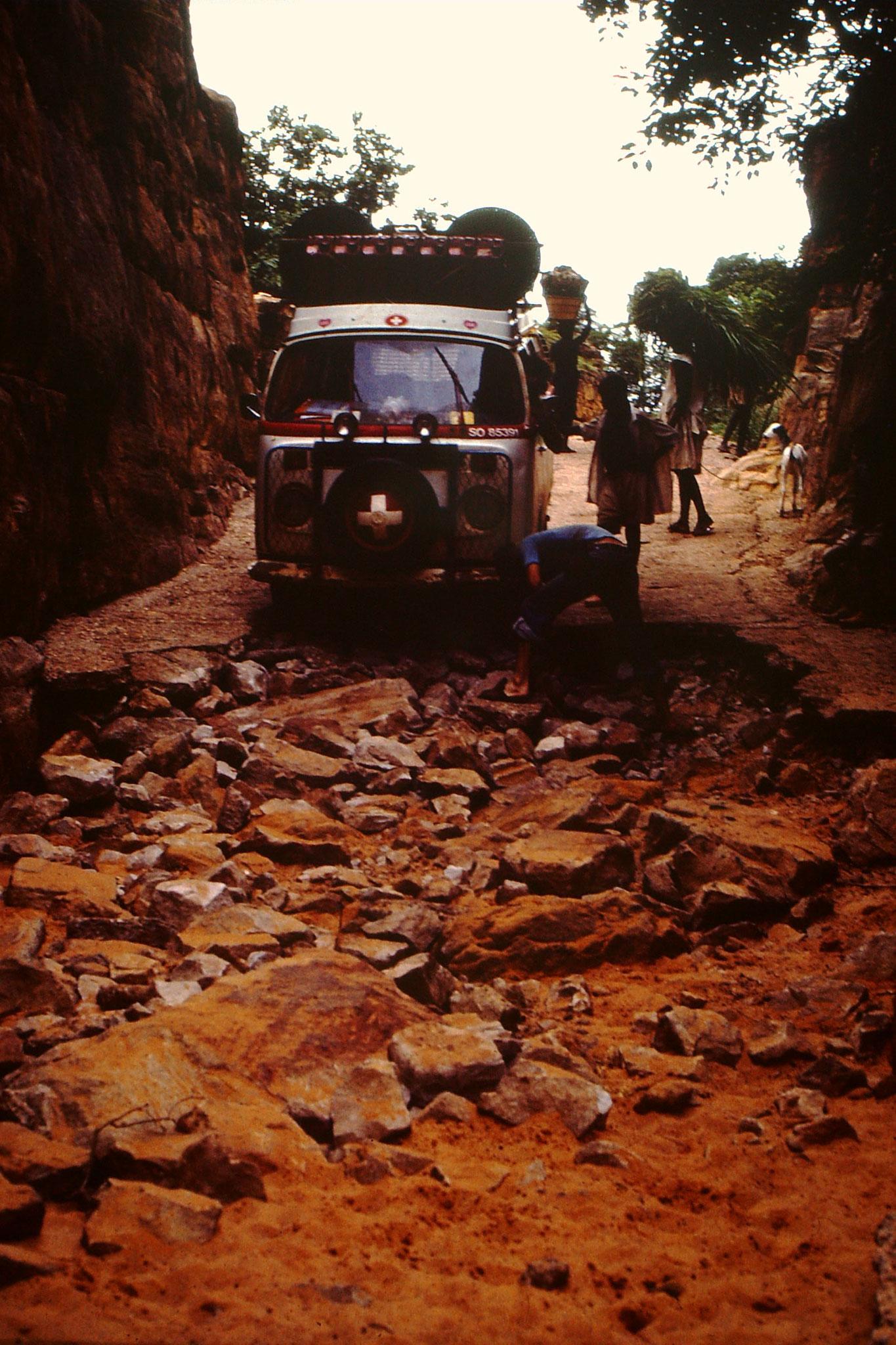 Der Weg nach unten war zwar Betoniert, hatte aber keine Armierungseisen darin. An vielen Orten fehlte der Belag. Steine wurden nun mühsam unter die Räder gelegt. Die letzten etwa fünfundert Meter war nur noch Sand. Weil es aber abwärts ging bewältigte