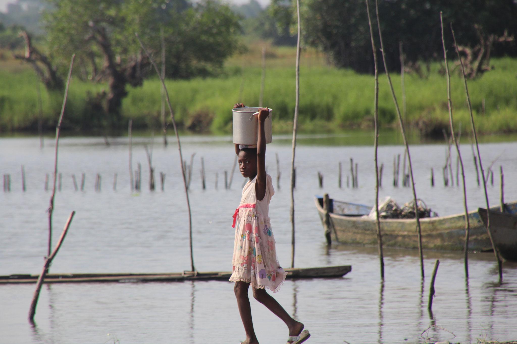 16. Kind holt Trägt Wasser heim.