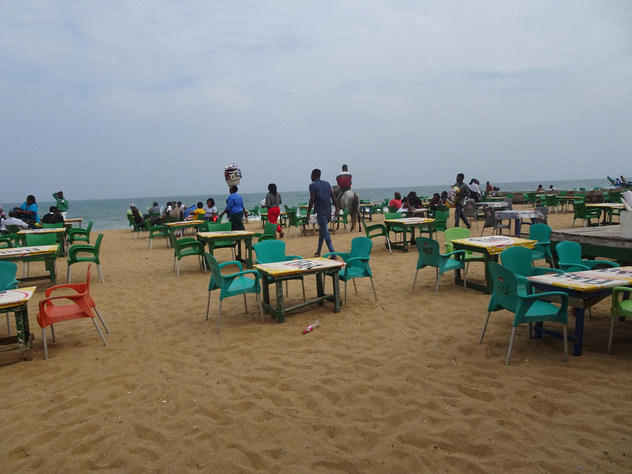 Zur Abwechslung  Sonntagsausflug zum fast leeren Ghana Beach.