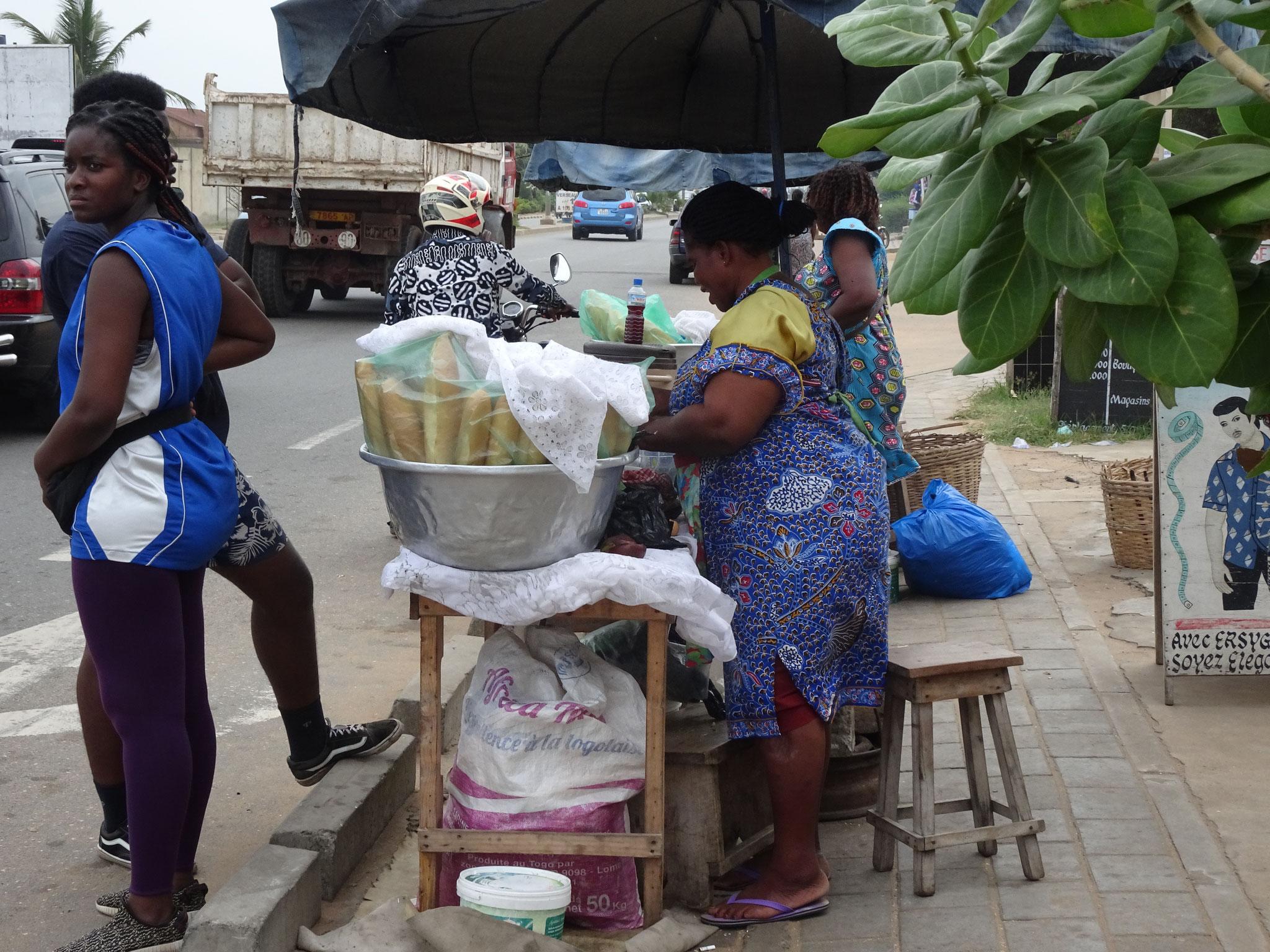 Kunden der Brotverkäuferin müssen sich auf die Strasse stellen. Nicht ganz ungefährlich.
