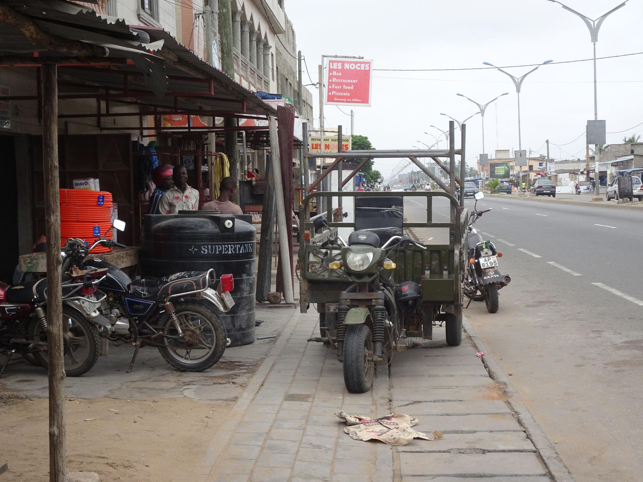 Auch hier in Avepozo ist für Fussgänger kein durchkommen mit Ausnahme der Strasse.