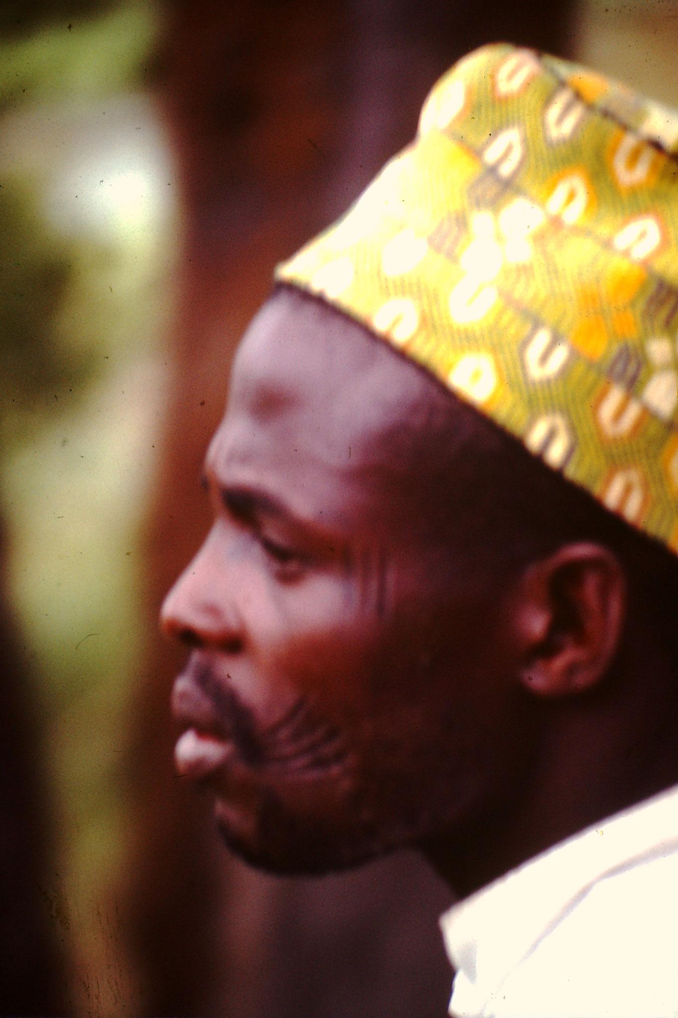 Hausa mit Gesichtsnarben. Die Gesichtsnarben sind wie ein Pass. Sie zeigen zu welchem Stamm sie gehören und zu welcher Familie.