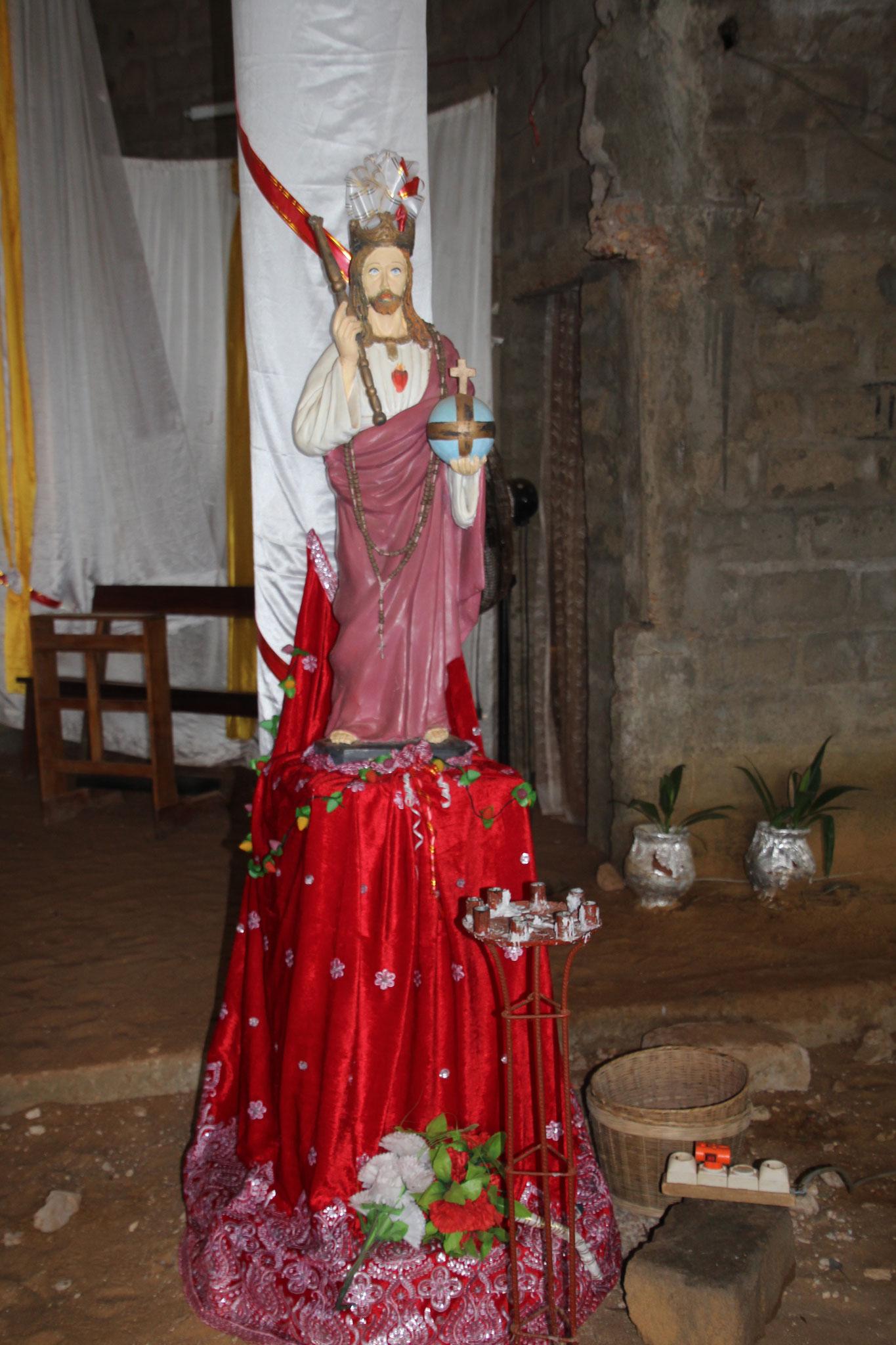 Einfach aber schön geschmückte Kirche von Agbata