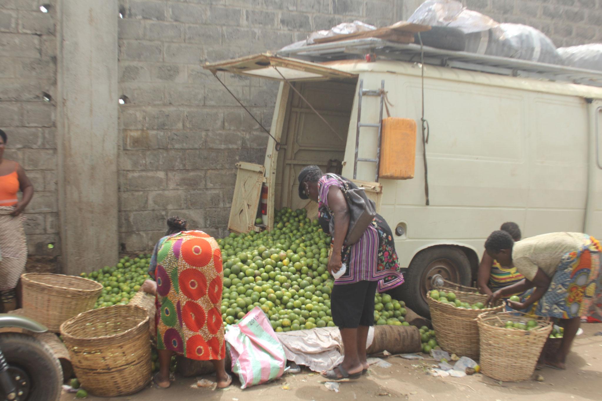 Dieser Peugeot aus Benin steht hier, bis die Orangen verkauft sind.