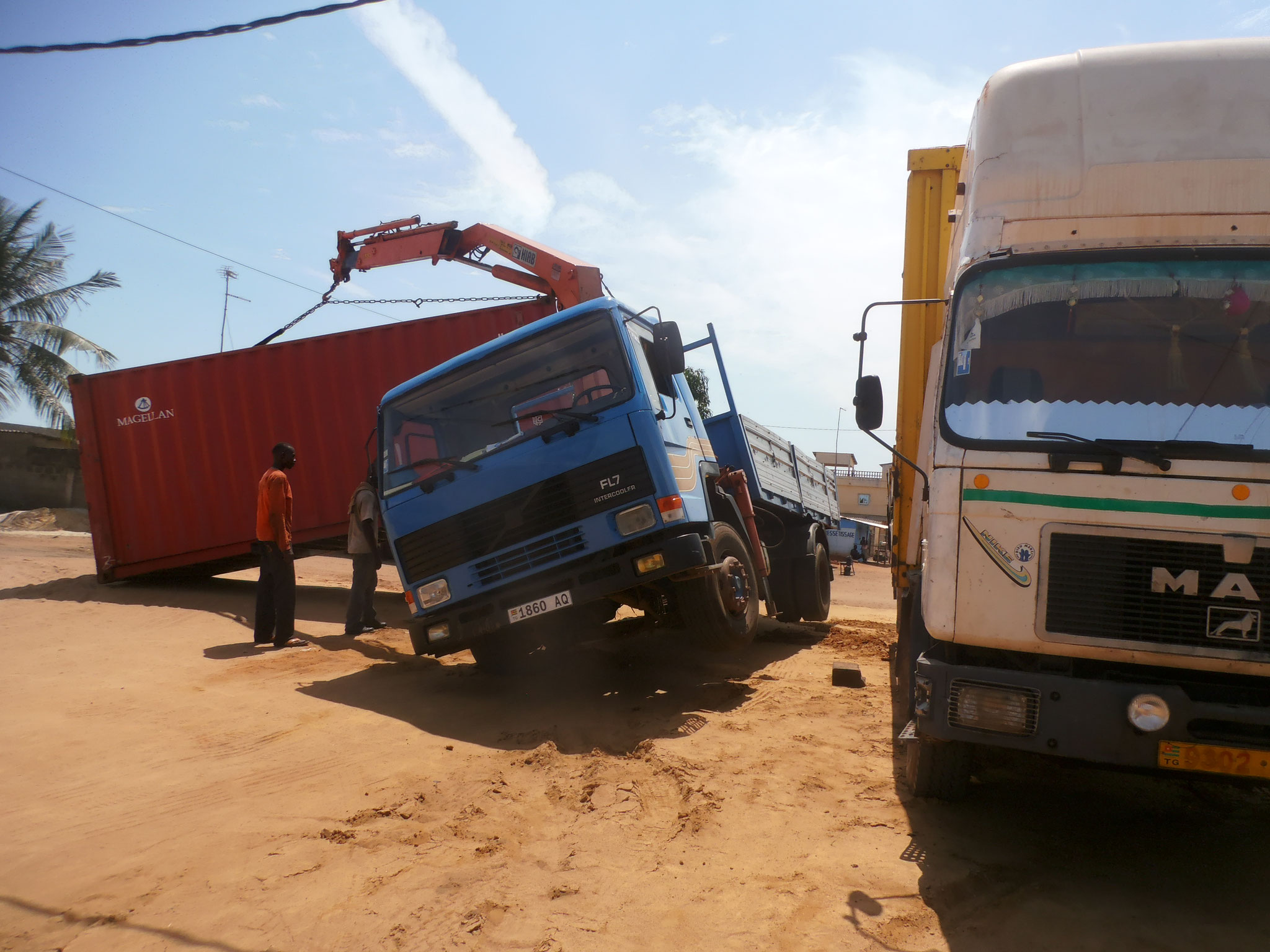 6. 02.10.2014 Das abladen des Containers endete beinahe in einem Desaster.
