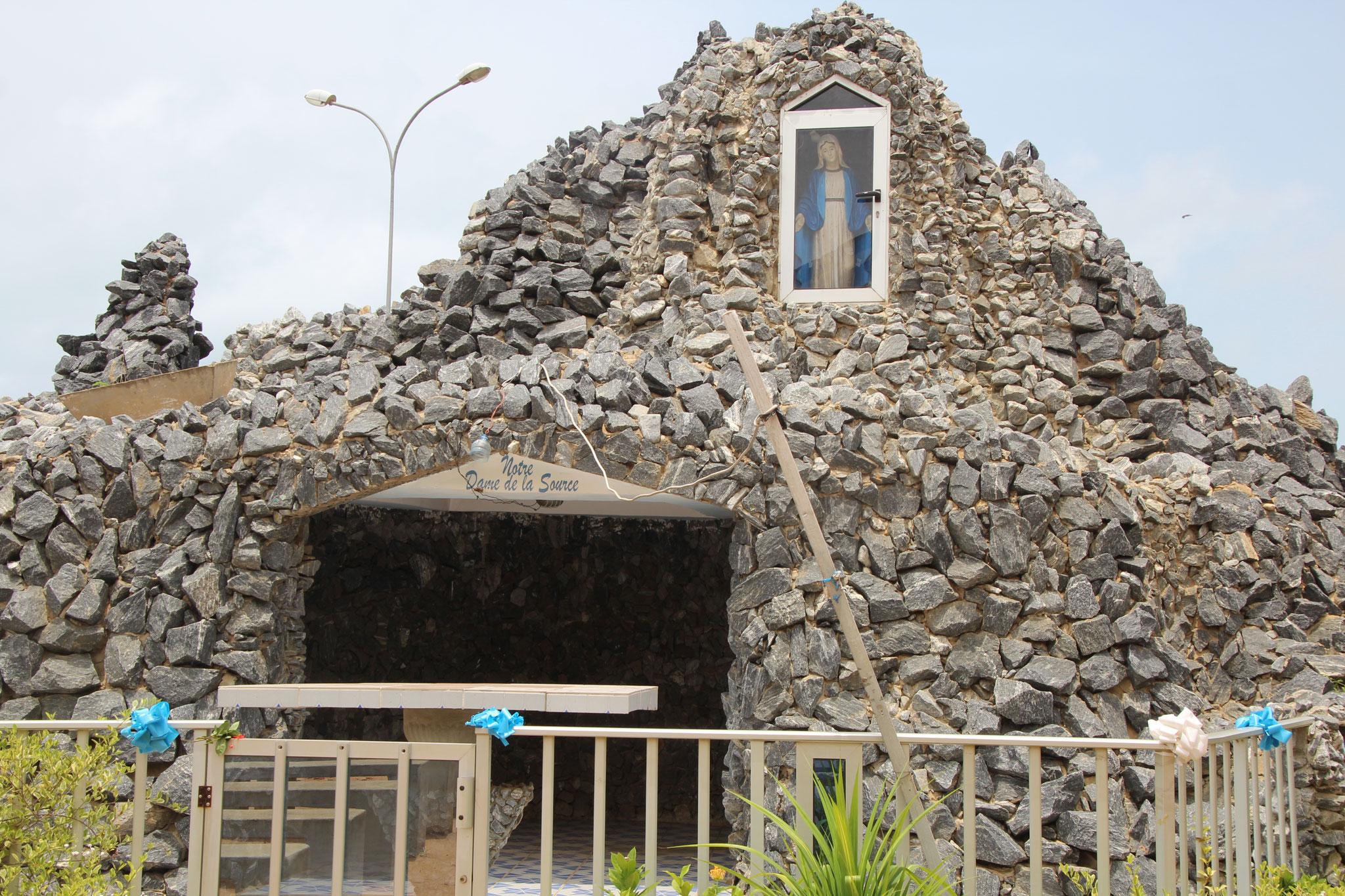 16. Steingrotte für die Mutter Maria bei der Kirche von Aneho.