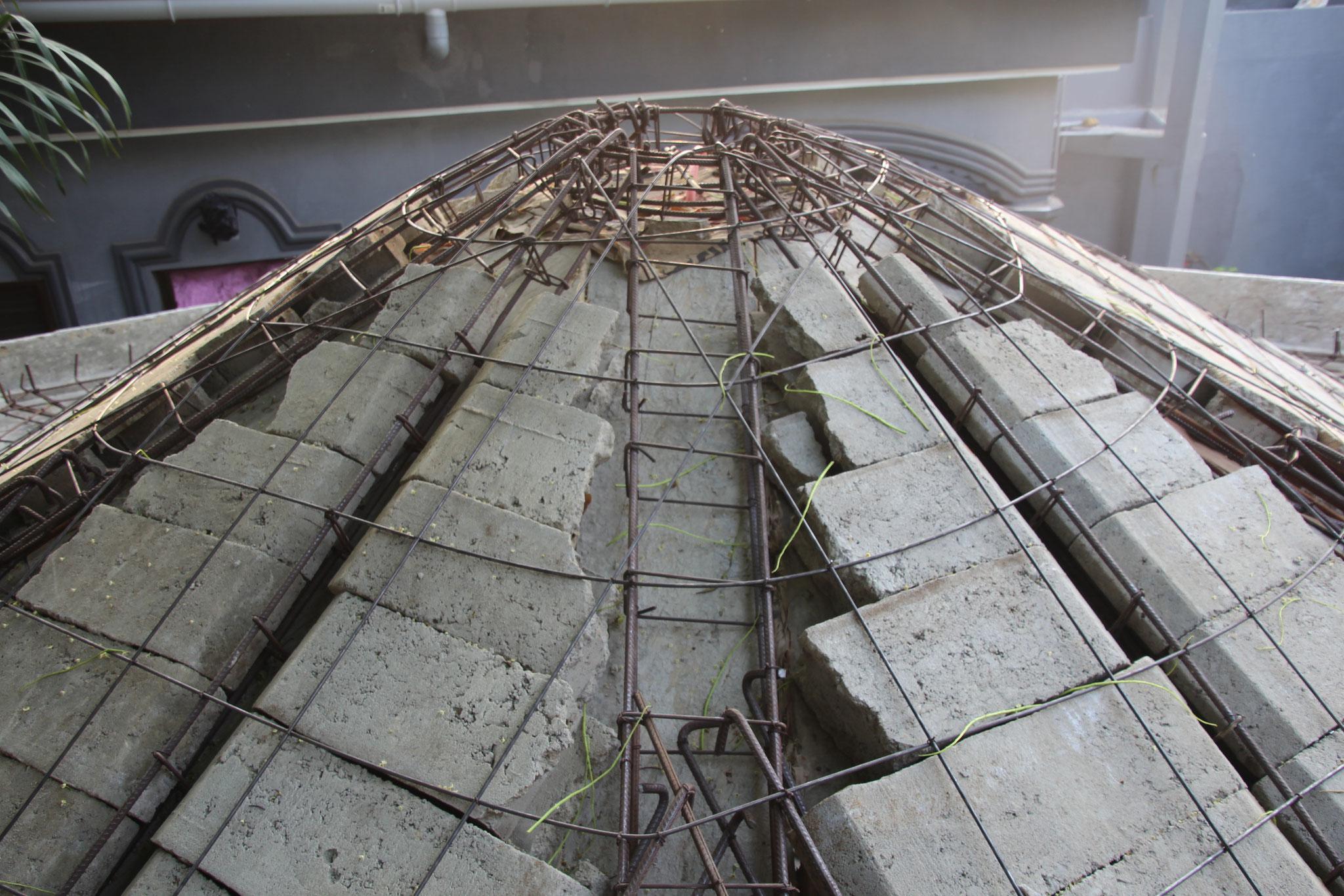 Auf dem Dach der Pajlotte verlegten die Maurer Hordis.