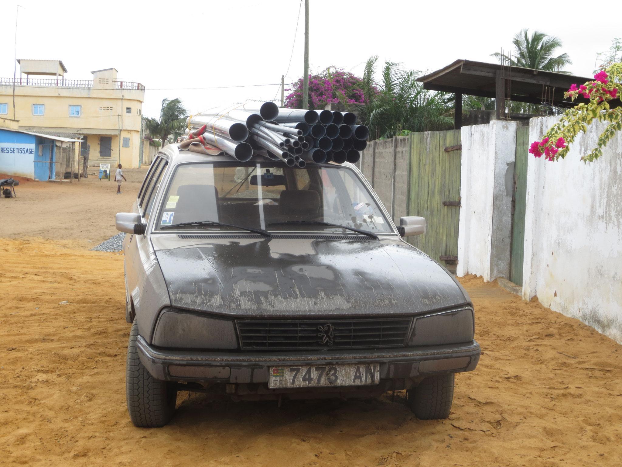 5. 17.09.2014 Unser aus der Schweiz importierter Peugeot diente uns als Lastesel. Weil wir das Auto überladen hatten flüchteten wir vor der Polizei durch zum Teil überflutete Pisten.