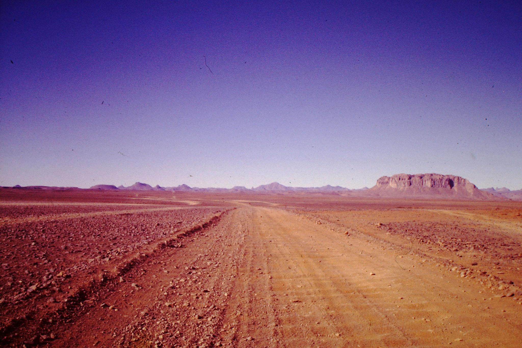 34. Nicht überall ist die Piste so klar ersichtlich. Dies ist kurz nach Tamanrasset, oder wie man auch sagt Tam.