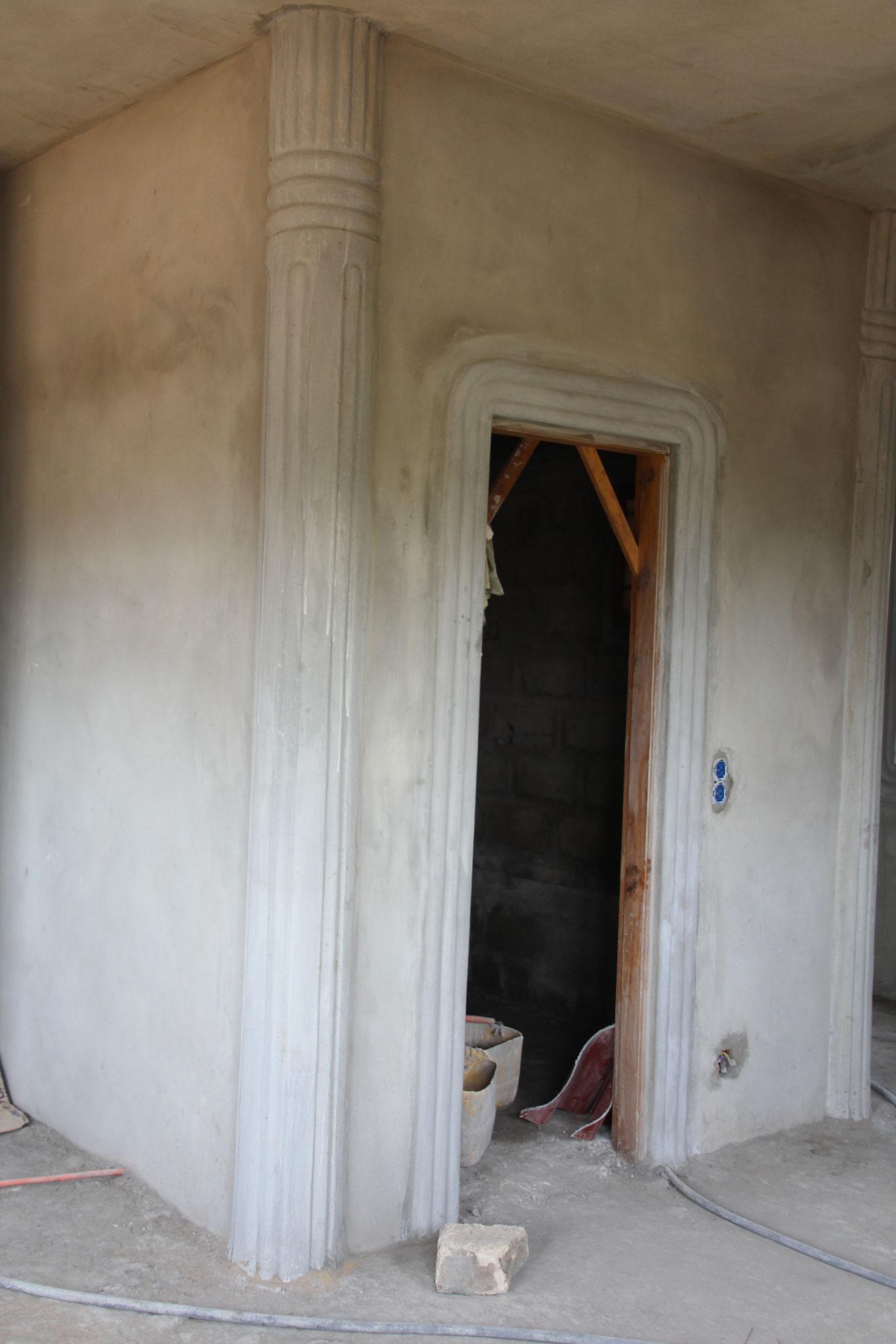 Verzierte Türe des kleinen Zimmers.