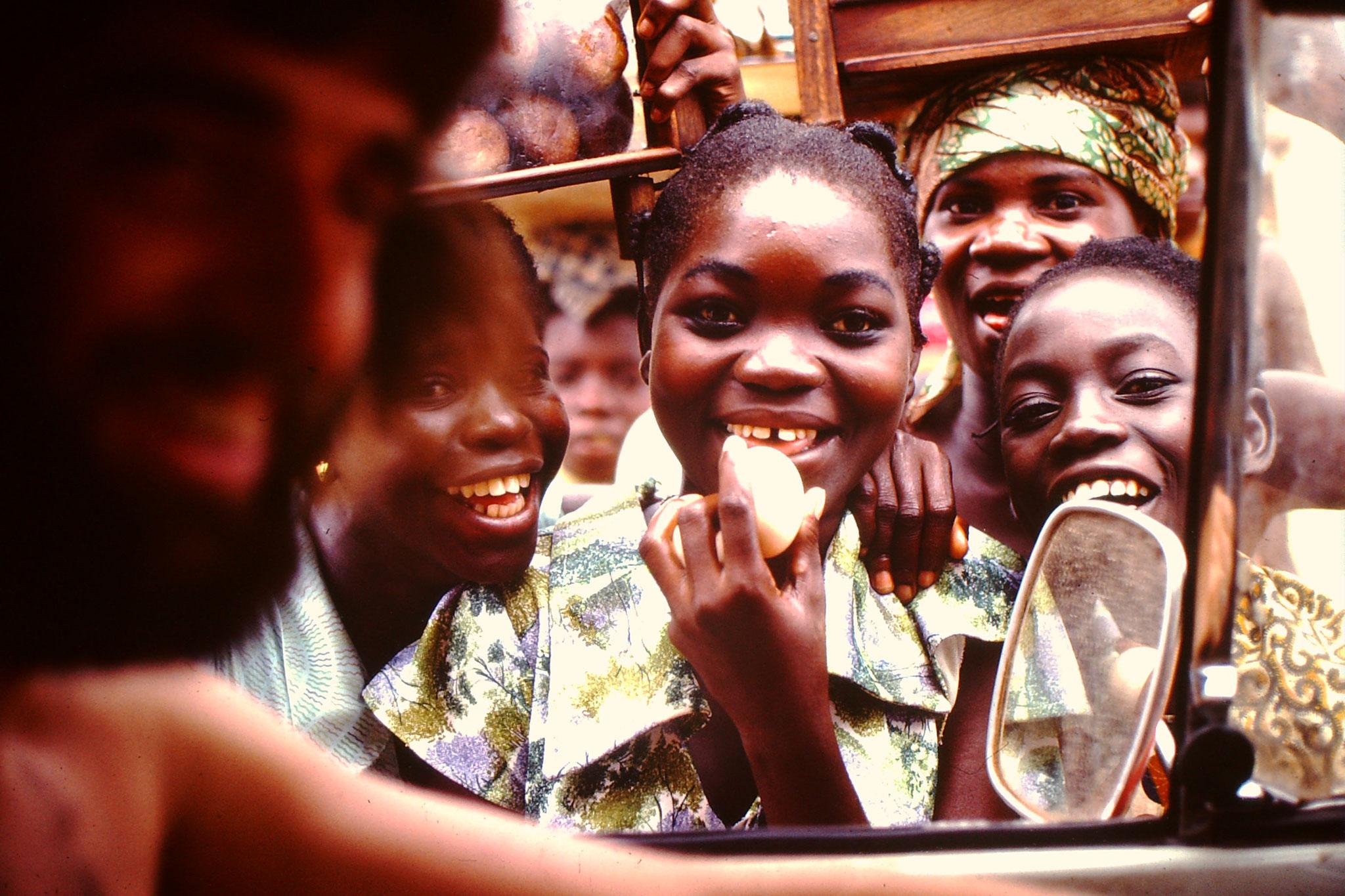 Überall wo wir anhielten kamen immer viele Leute. Diese Kinder wollten Eier verkaufen.