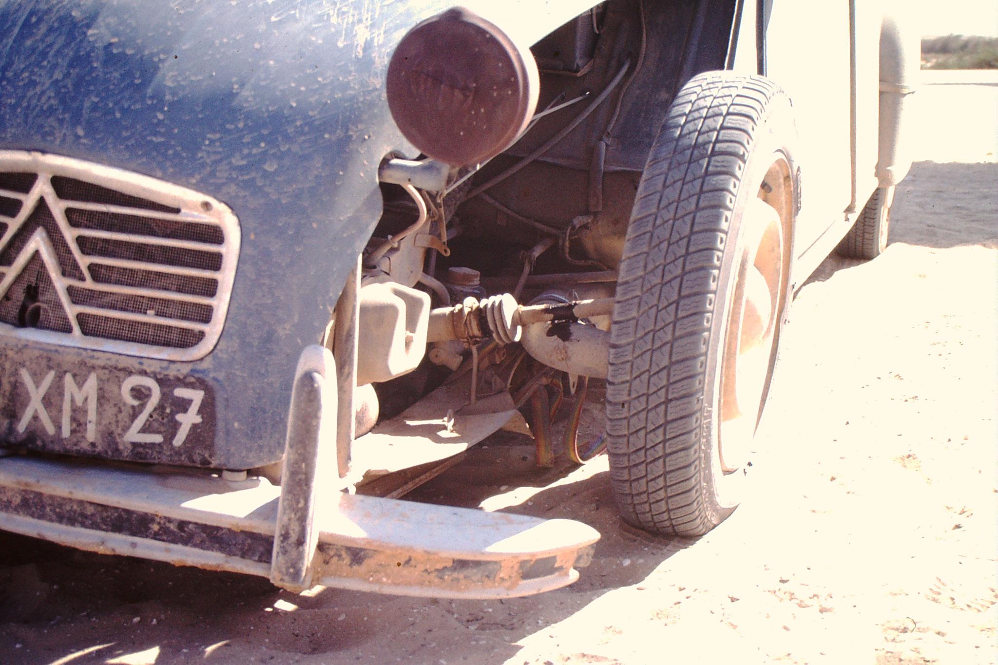 Ein Franzose hatte grosse Probleme mit seinem 2 CV.Die Räder touchierten den Kotflügel.