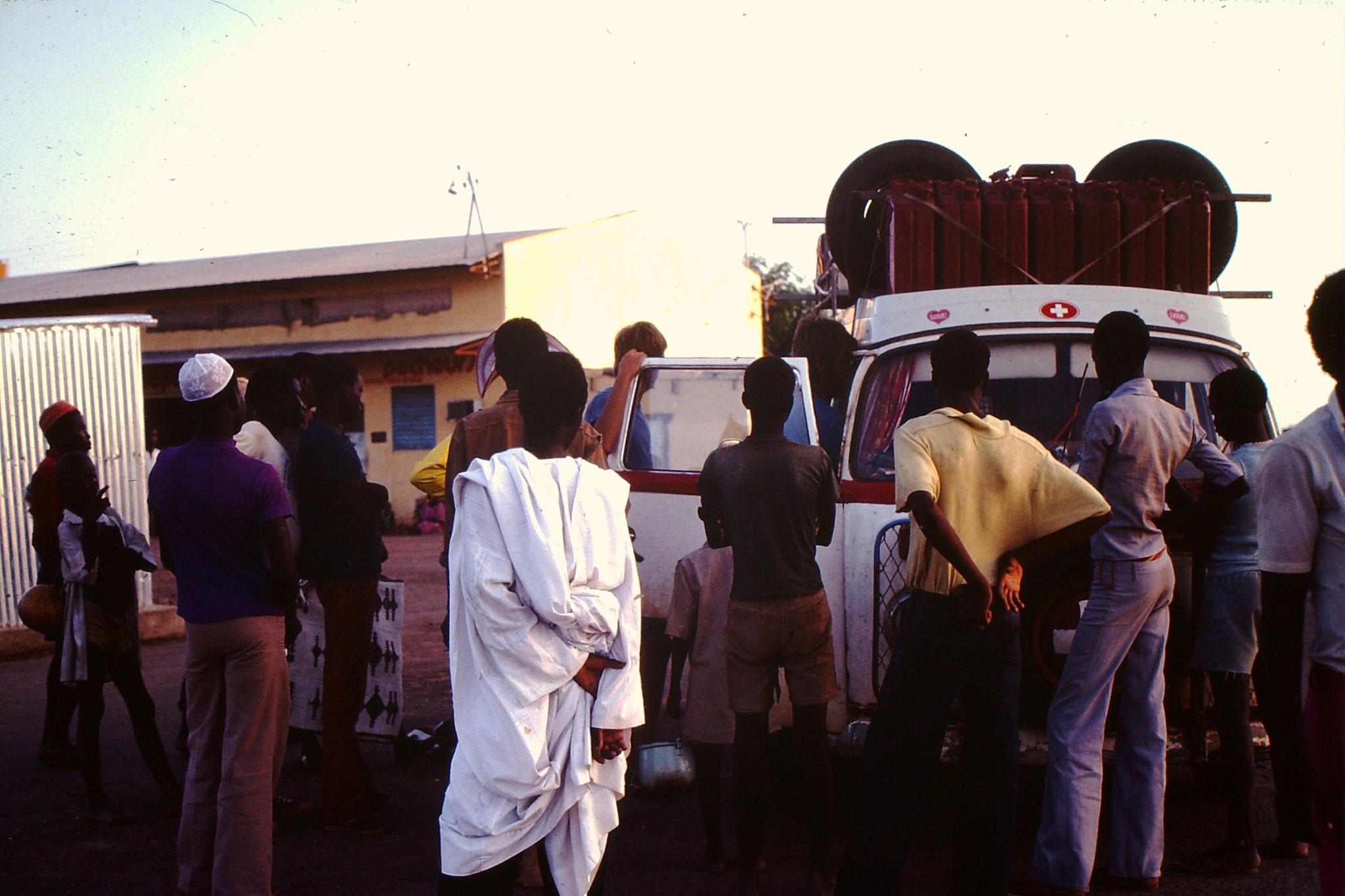 10. Überall wo wir anhielten, kamen immer wieder Schaulustige. Ich ging nach Afrika um etwas zu sehen, die Afrikaner haben nicht die selben Möglichkeiten. Deshalb schauten sie sich die Fremden auf diese Weise an.