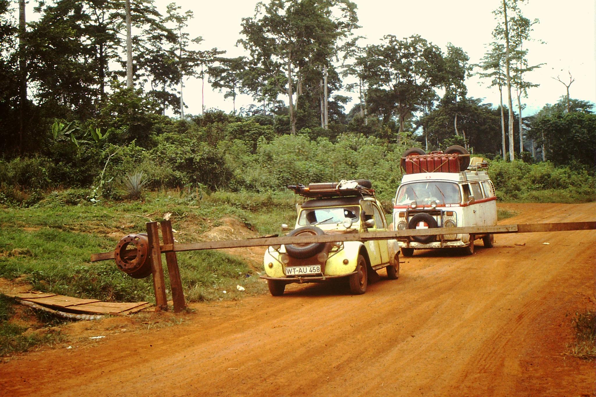 An diesem ganz kleinen Grenzübergang zwischen Ghana und Côte d'Ivoire, der Ort heisst Niable, wurde das Grenzpassierscheinheft auf Anhieb richtig ausgefüllt.