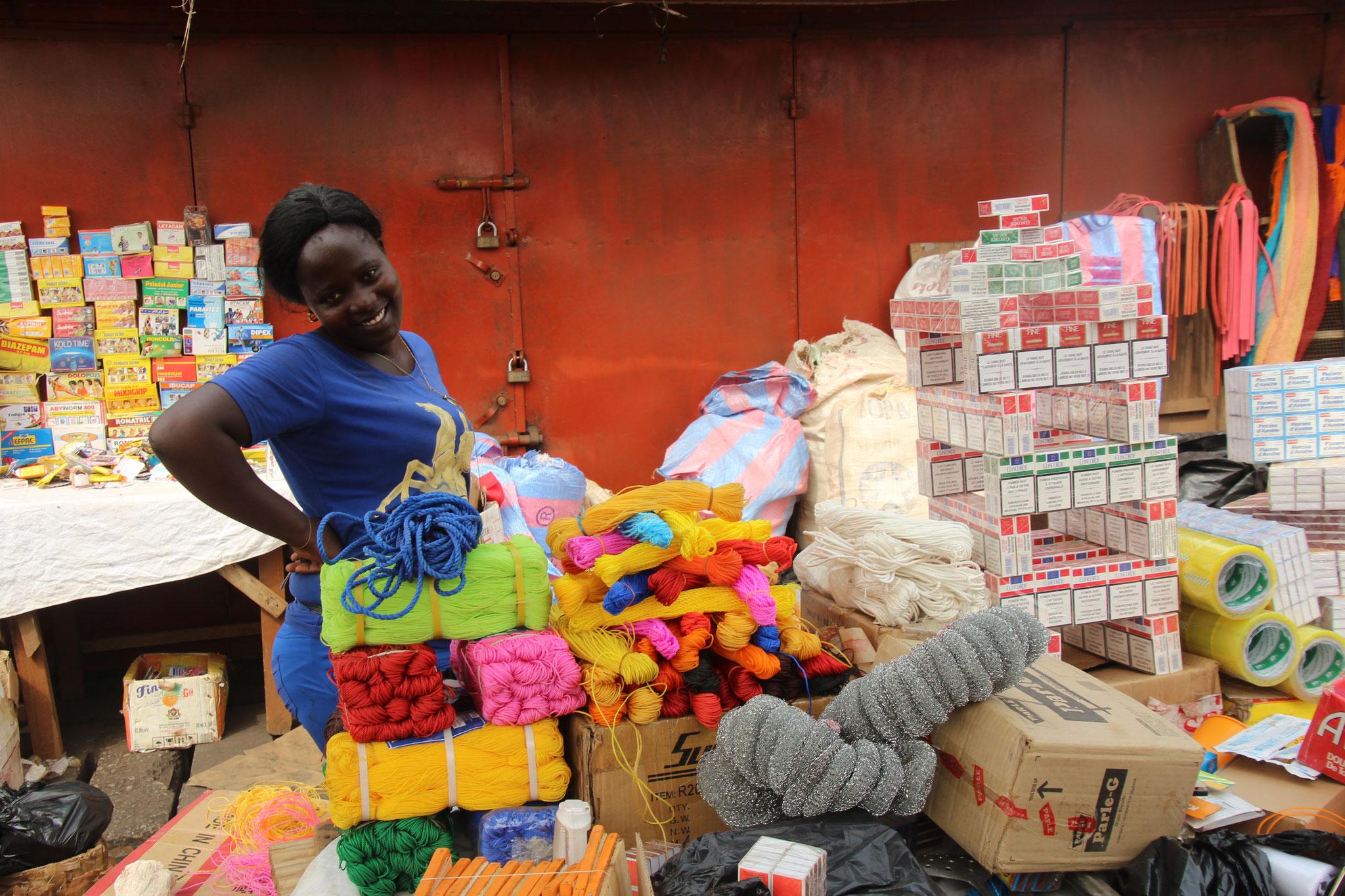 Verkäuferin an einem Marktstand. Sie wollte nicht fotografiert werden. Meinem Charm konnte sie aber nicht widerstehen.