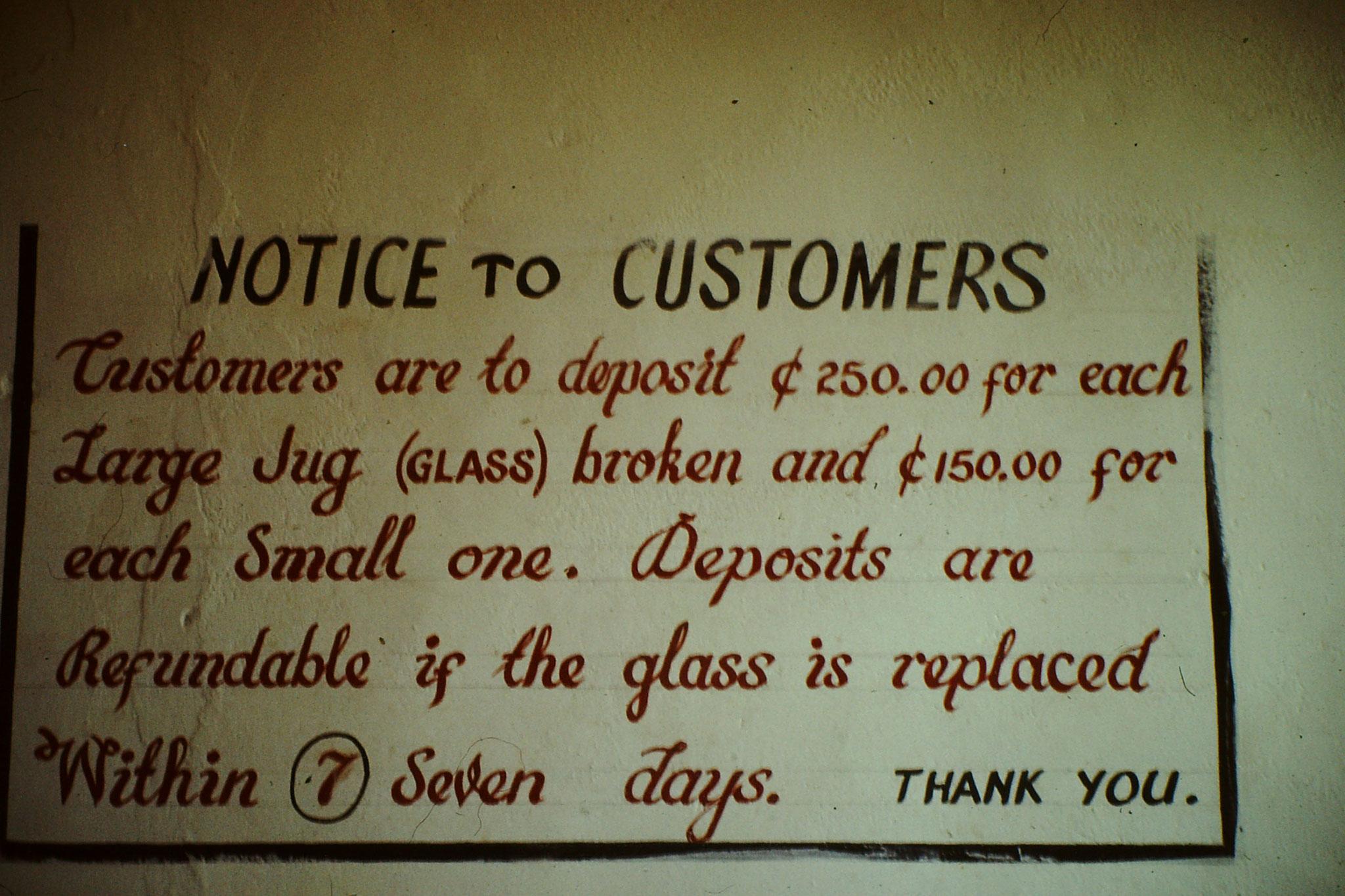 Dieses Schild in einem Guesthouse in der nähe der Schweizer Botschaft in Accra besagt, dass man für jedes zerbrochene grosse Glas 250 und für das kleine 150 Cedy bezahlen müsse. Das Geld bekommt man retour wenn man innerhalb 7 Tagen ein ebenbürtiges G