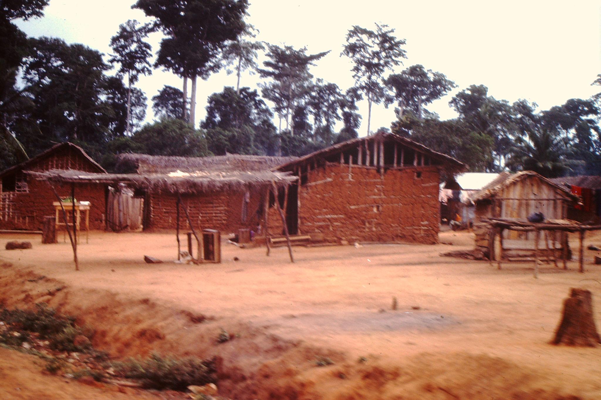 Kleines Dorf  zwischen Abengourou und Abidjan.