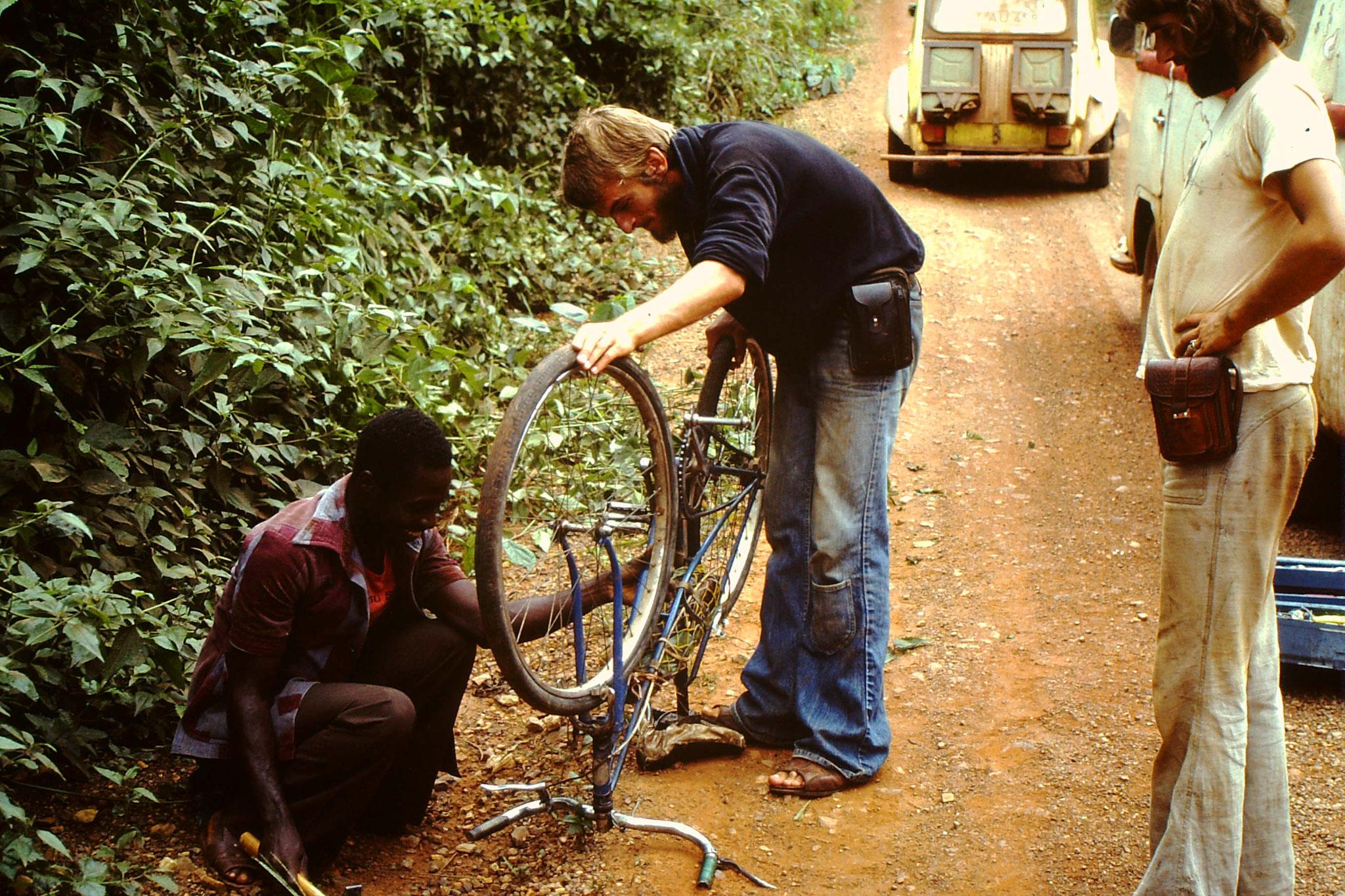 Dieser Fahrradfahrer ist wegen uns in den Busch gefahren. Wir fragten ihn, wieso er nicht bremste. Er antwortete, sein Fahrrad hätte keine Bremsen und normalerweise fahren hier keine Autos. Wir brachten ihn ins nächste Dorf.