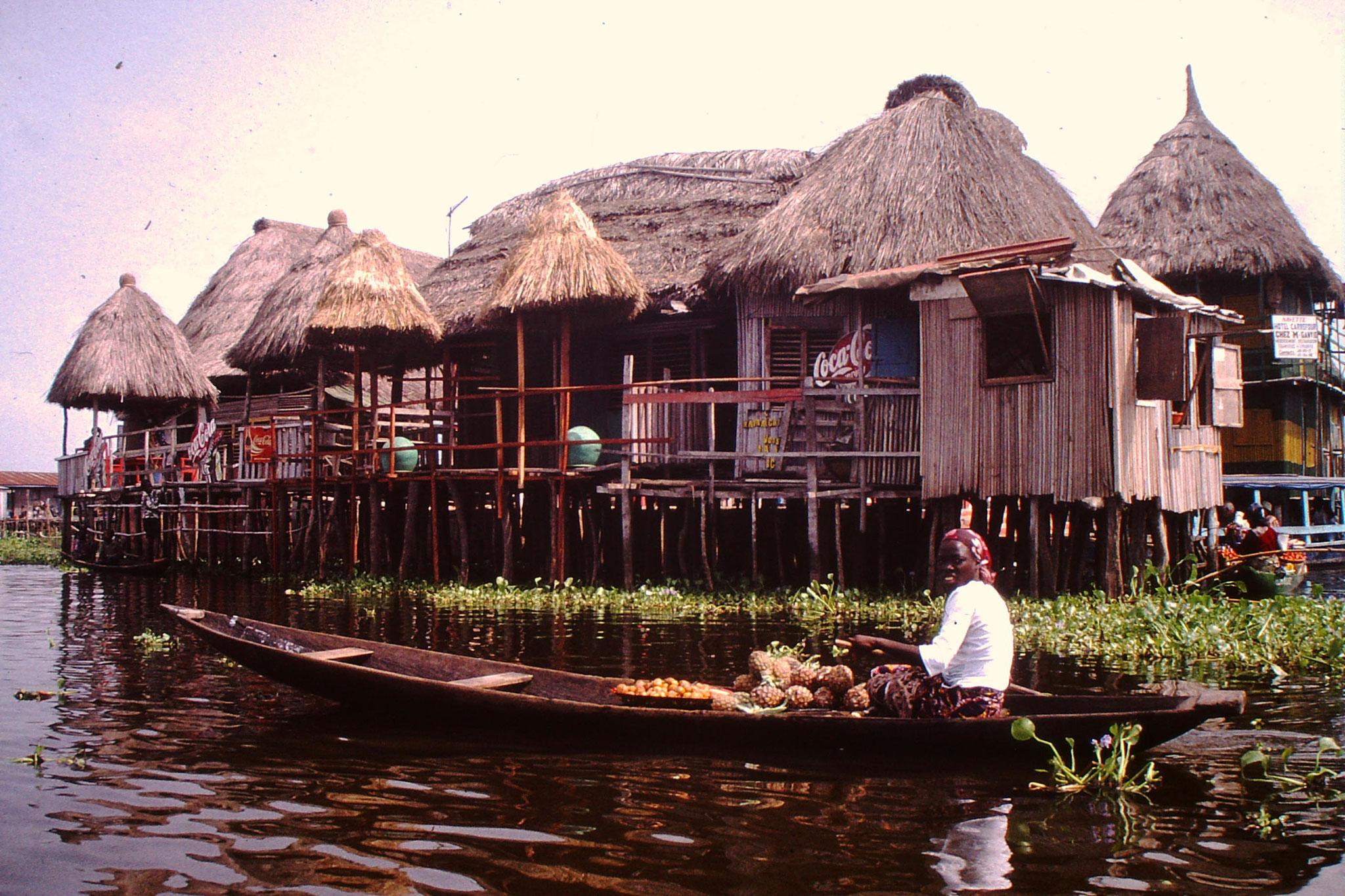 Schwimmender Markt in Ganvie. Sie verkauft Früchte.