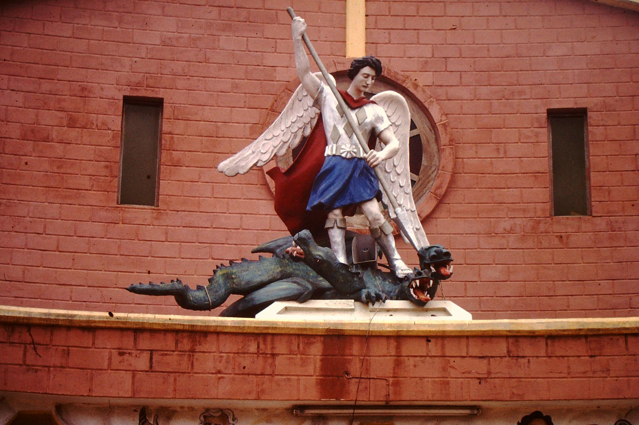Der Drachentöter bei der Kirche in Aneho.