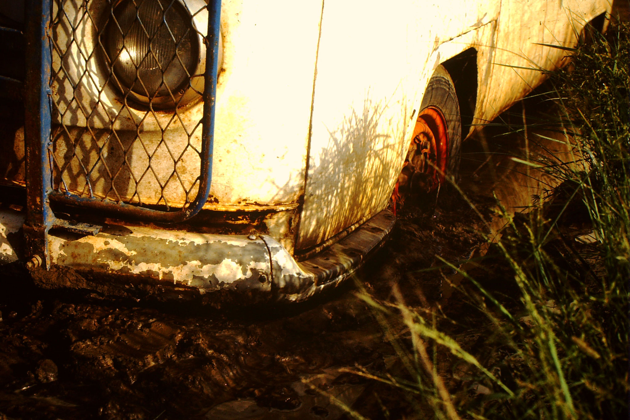 23. Beim Zurückfahren durch das Sumpfgebiet, gerieten wir aber in echte Bedrängnis. Nun holte Alexander zu Fuss Hilfe im etwa 4 Kilometer entfernten  Bandiagara. Ein Missionar kam uns zu Hilfe. Er hatte ein Toyota Landcruiser. Doch schon bei der Barage, w