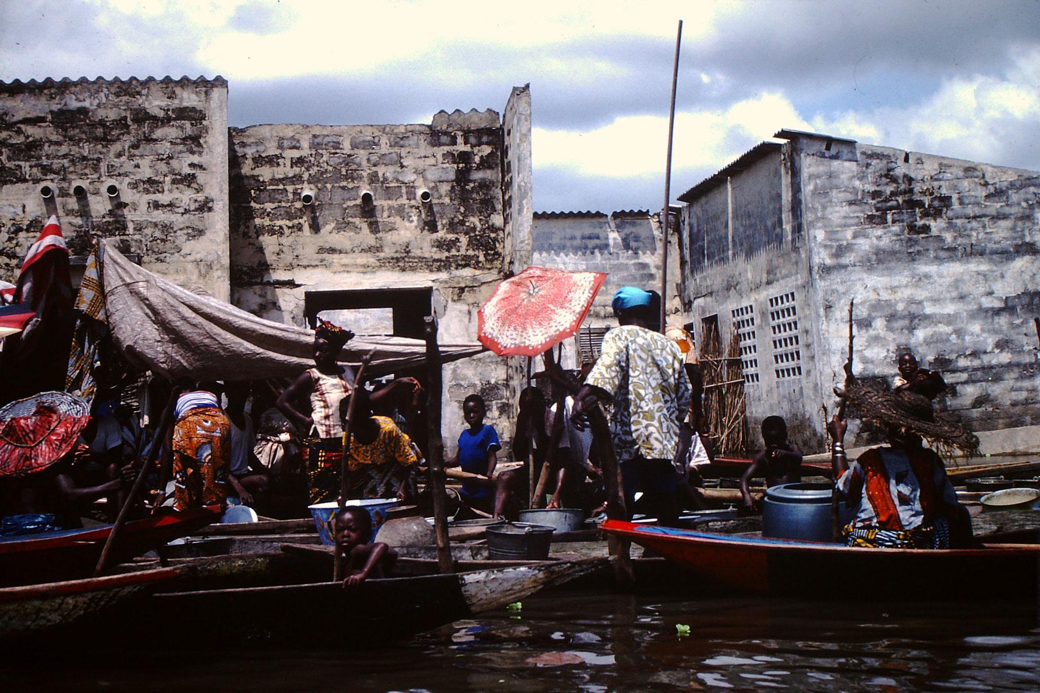 8. Auf Pirogen wird allerlei Ware angeboten. Es ist ein schwimmender Markt.