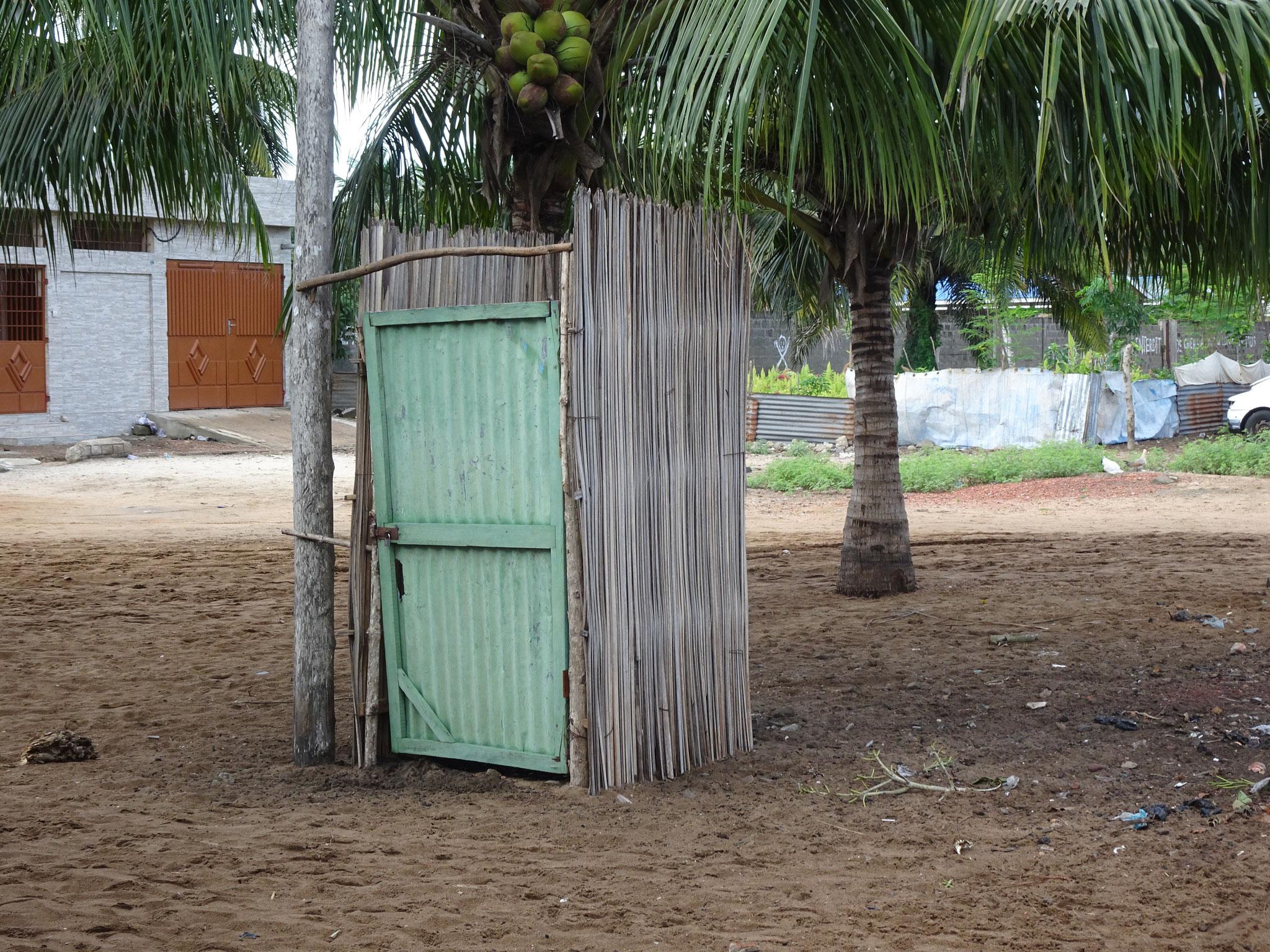 Auch hinter dieser Türe ist eine Toilette. Wie es innen aussieht entzieht sich meiner Kenntnis.