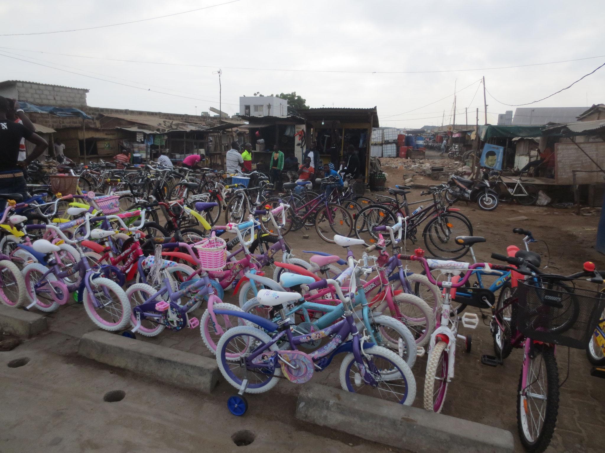 Wöchentlich kommen in Togo viele Fahrräder an. Bestimmt für Mali, Niger, Burkina Faso und Togo.