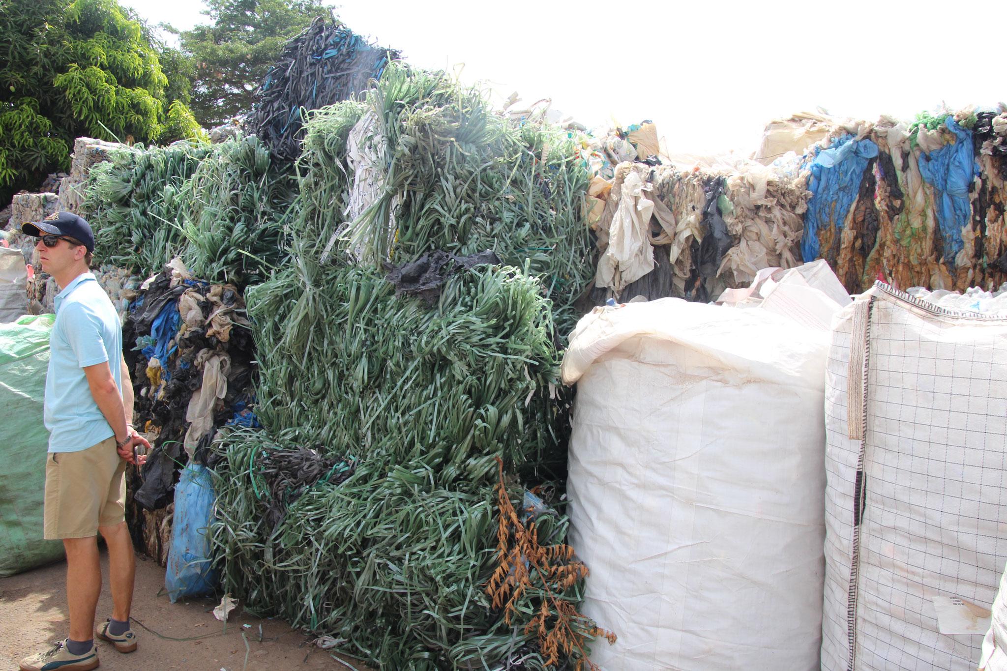 3. Aus dem grünen Plastik entstehen Petflaschen für Possotome der Plasik nebendran wird zu Elektro Rohren verarbeitet.