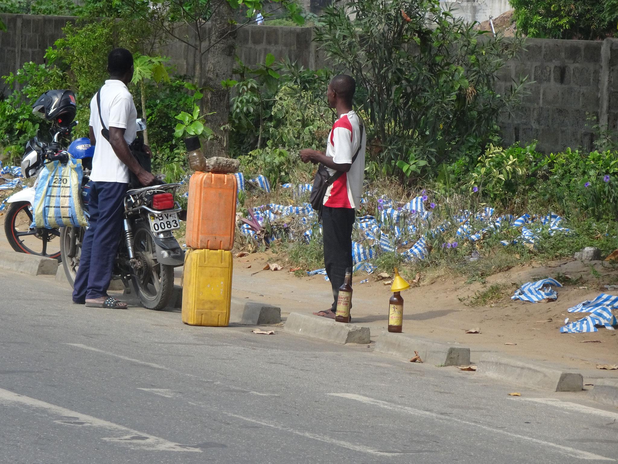 Anstelle der Pflanzen wird nun Schwarzmarkt Benzin aus Biafra (Nigeria) verkauft