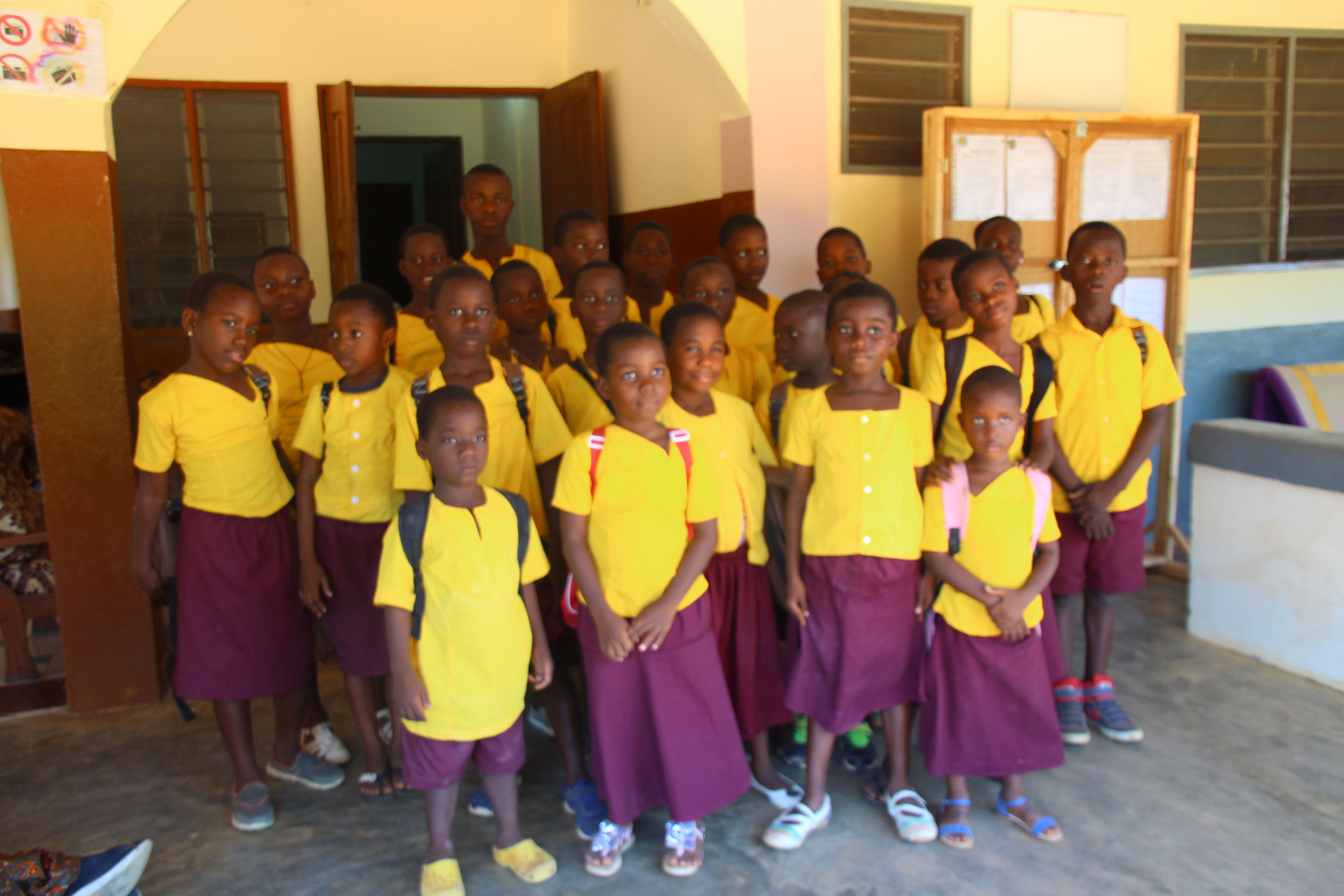 3. Kinder im Kinderheim Divine Providence in Schuluniform.