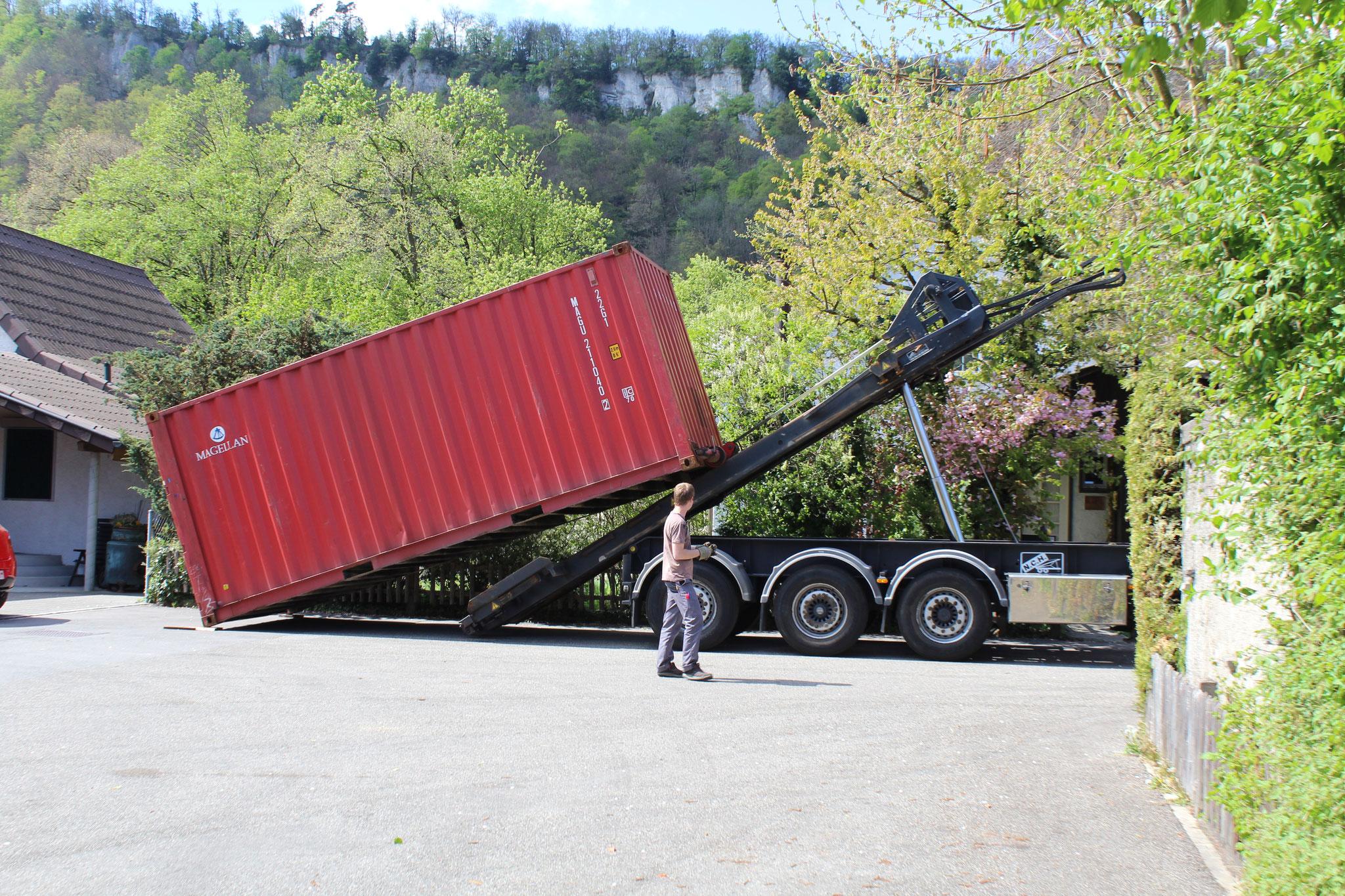 Container wird abgeladen 04.2014.